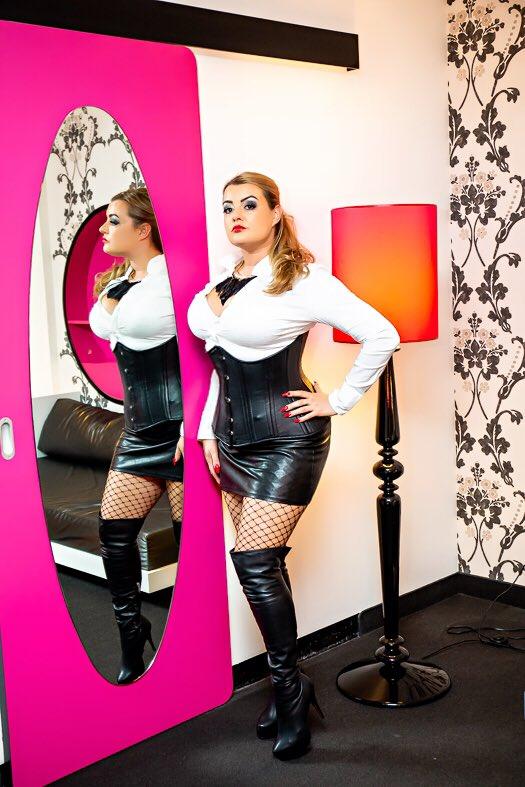275340854_corsetDsW_FFRXgAADFs6.jpglarge_123_235lo.jpg