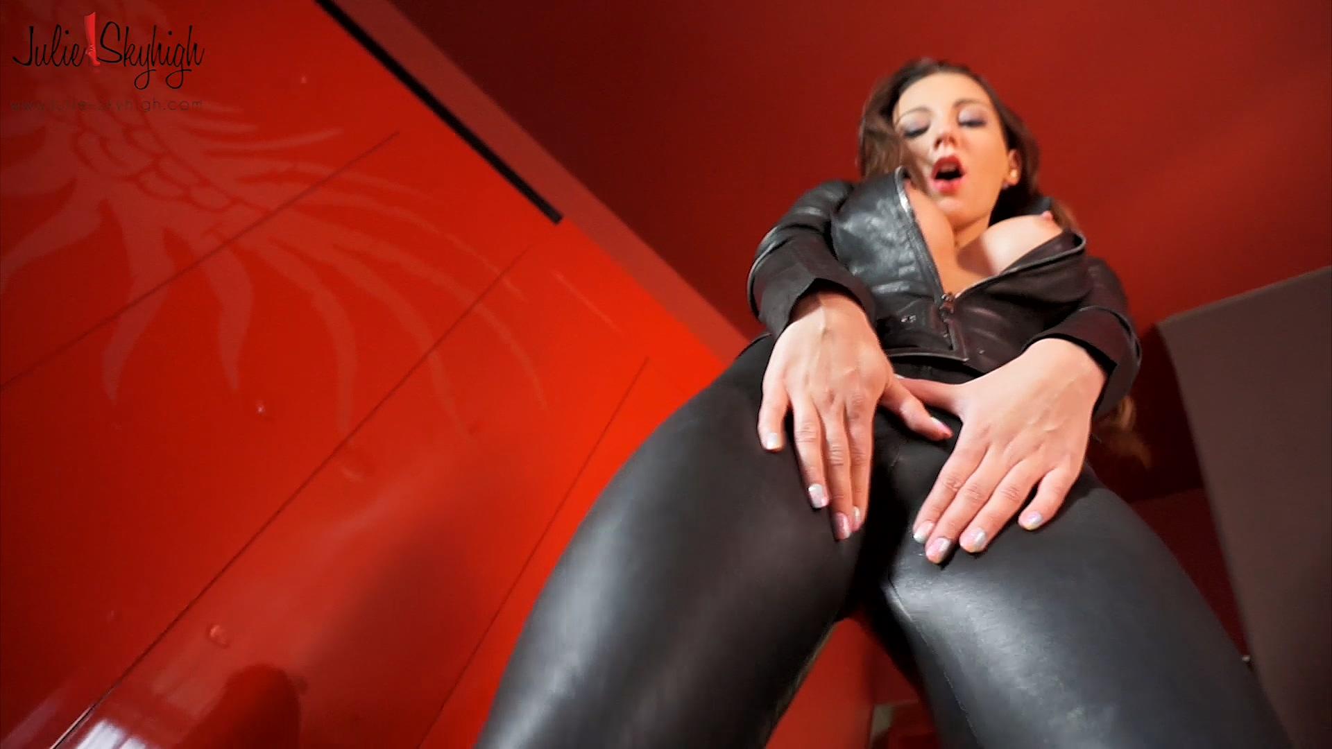 391578171_masturbation_leather_catsuit_part_2.mp4_20191226_221427.395_123_446lo.jpg