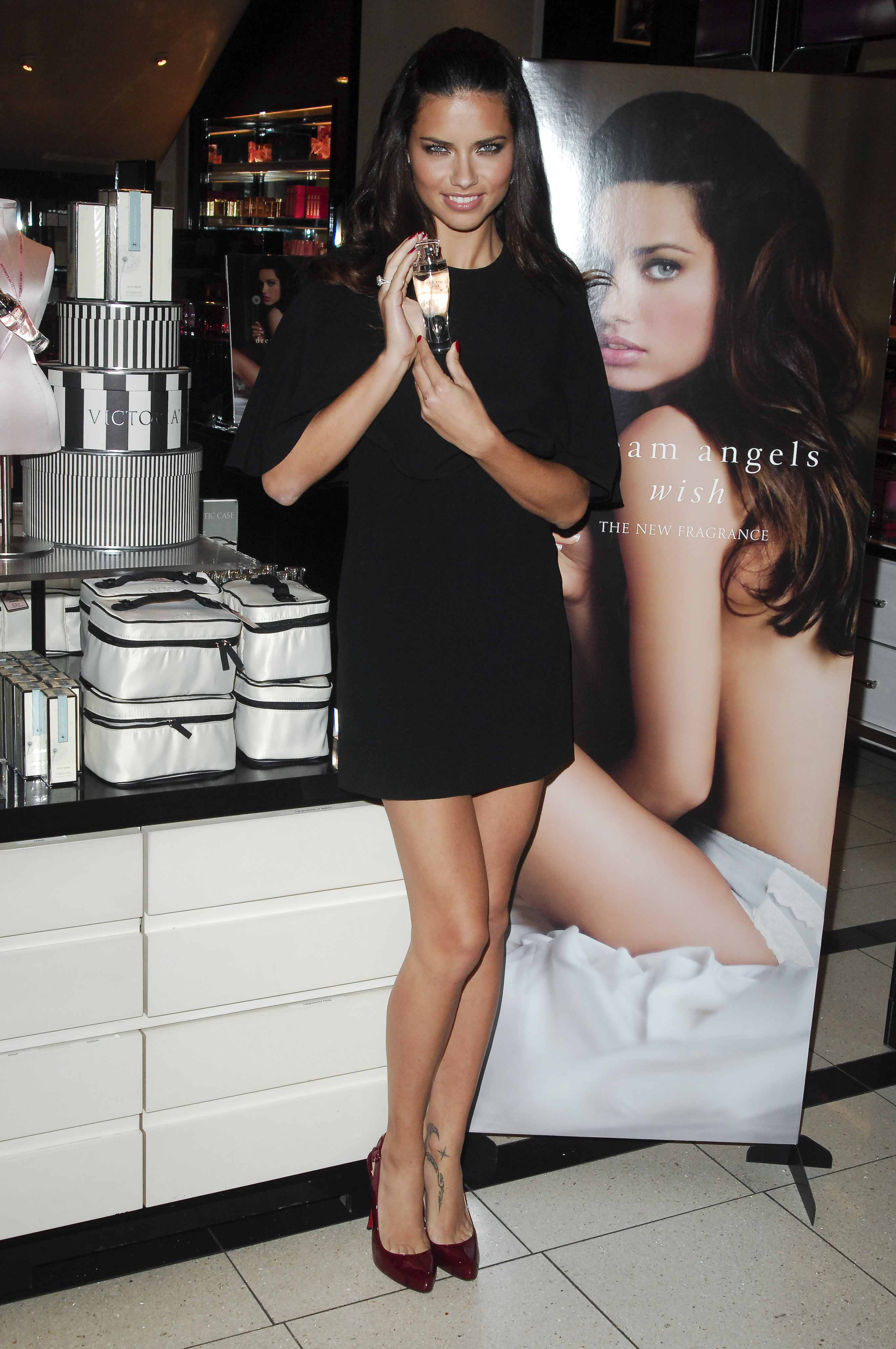 55175_Celebutopia-Adriana_Lima_launches_fragrance_Dream_Angels_Wish_at_Victoria1s_Secret_Herald_Square_Store_in_New_York_City-13_122_542lo.jpg
