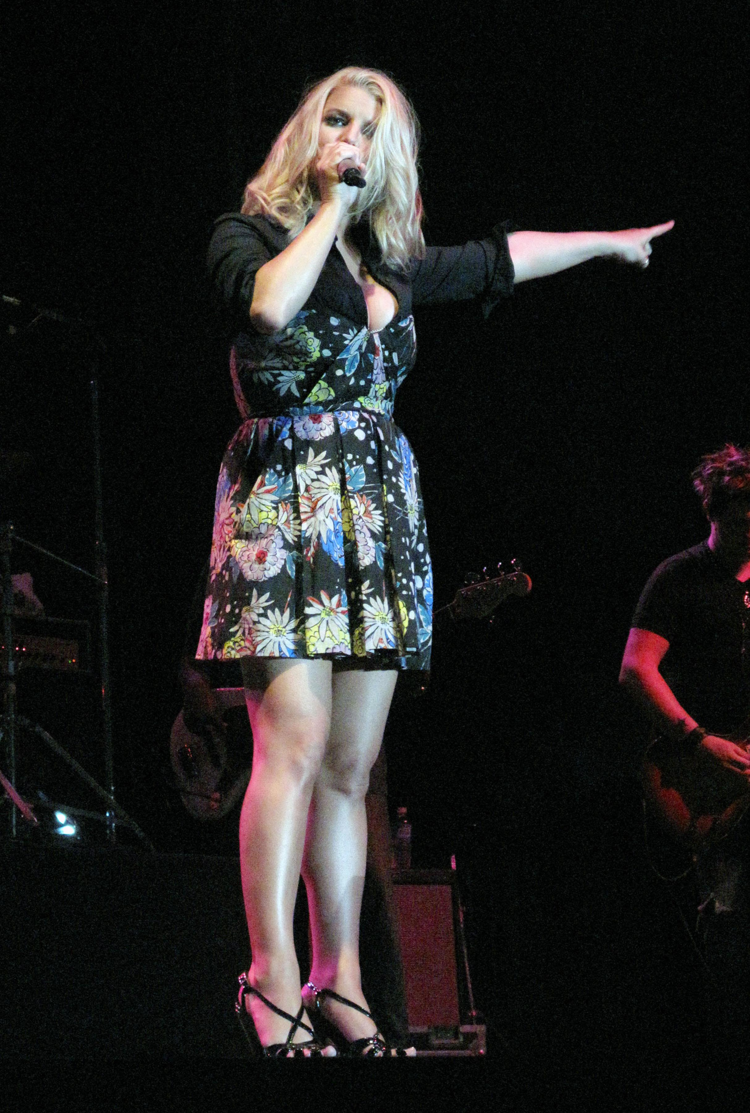 71920_Jessica_Simpson_performs_live_at_the_Dixon_May_Fair_and_Carnival_7169_122_91lo.jpg