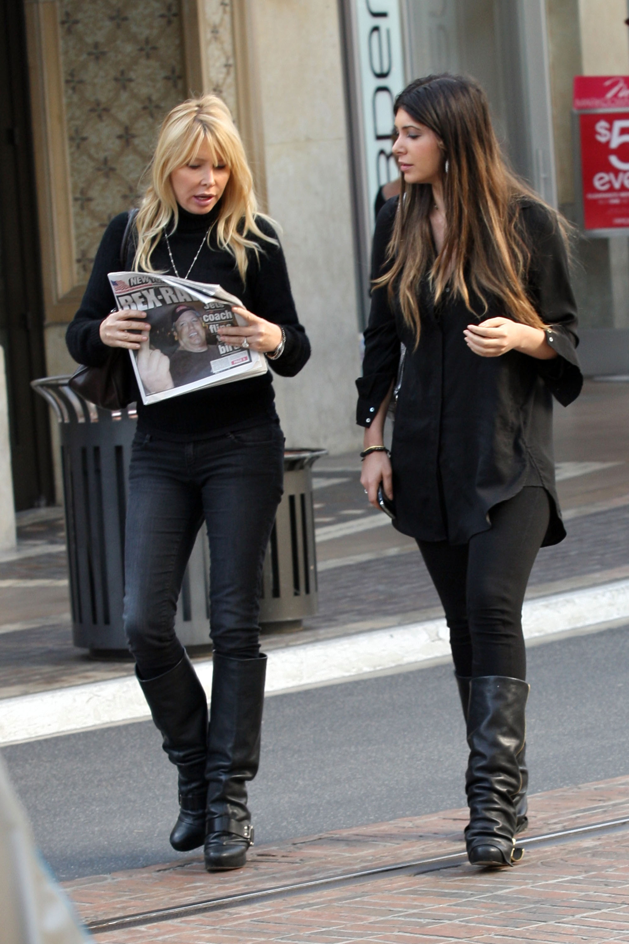 24824_celebrity-paradise.com-The_Elder-Brittny_Gastineau_2010-02-01_-_out_shopping_in_Hollywood_720_122_2lo.jpg
