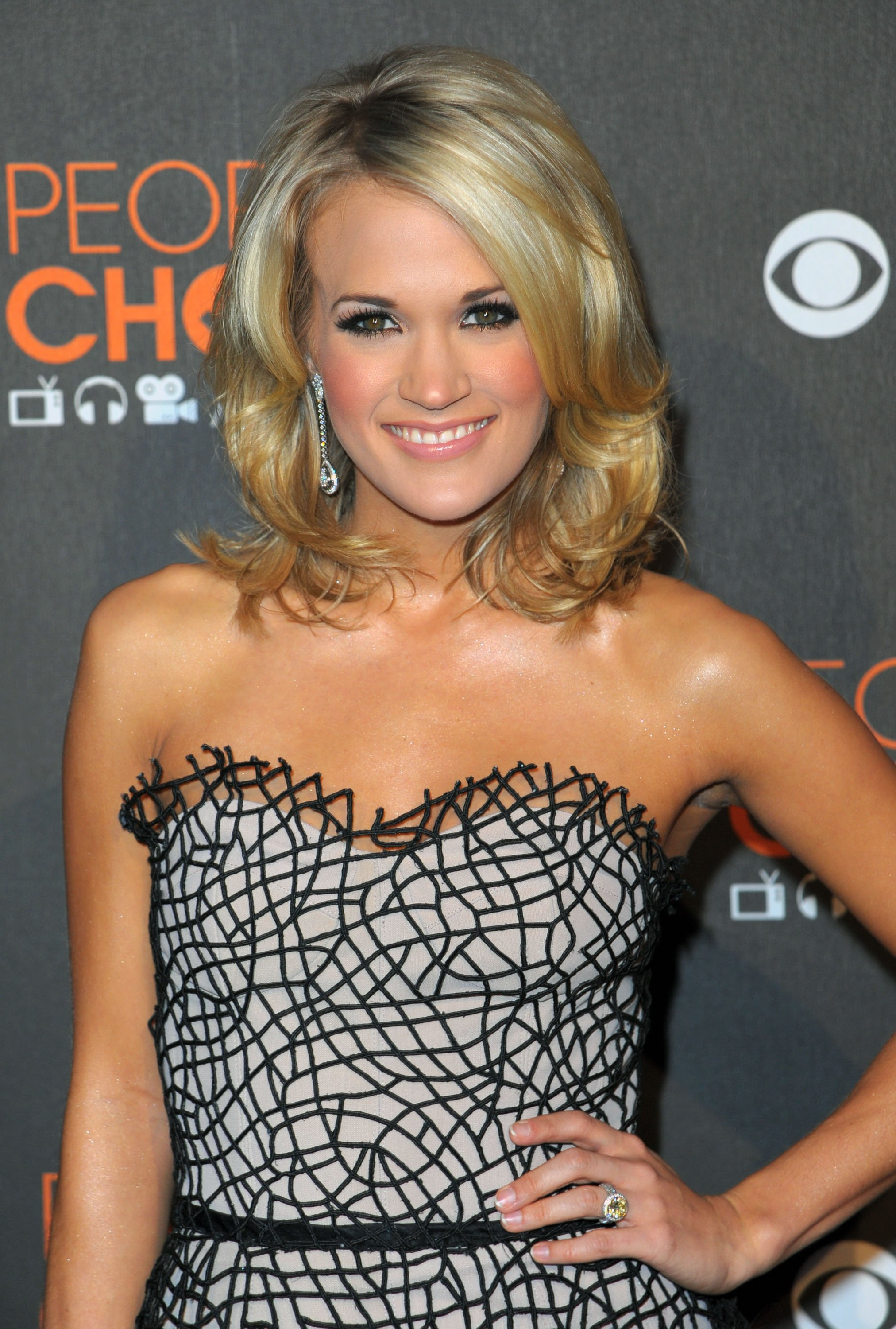 27416_Celebutopia-Carrie_Underwood_arrives_at_the_People8s_Choice_Awards_2010-03_122_226lo.jpg