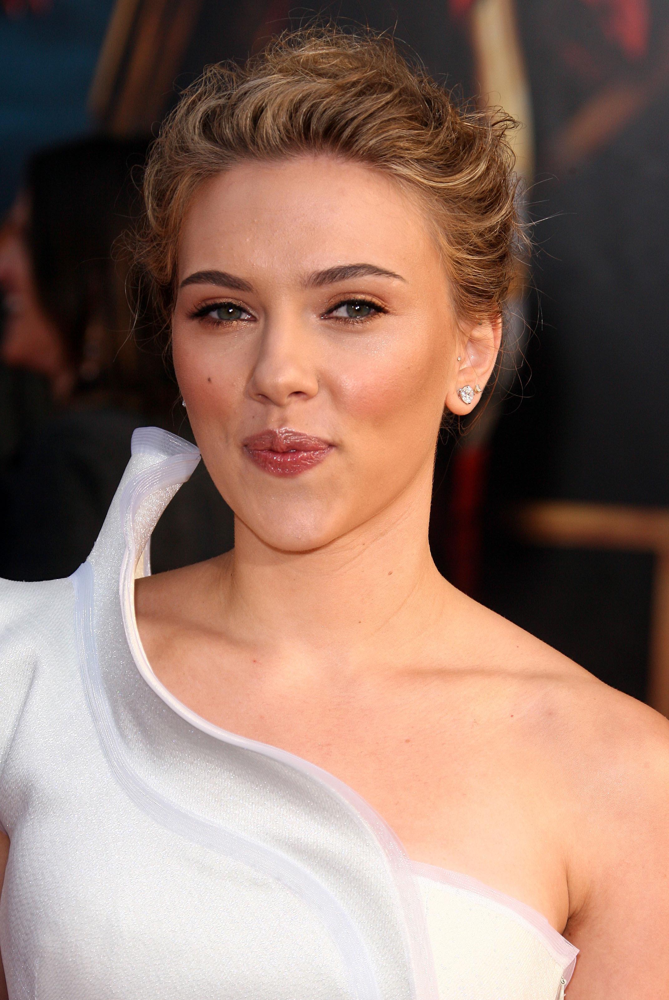 50689_celebrity_paradise.com_Scarlett_Johansson_Iron_Man_2_World_Premiere_in_Hollywood_26.04.2010_12_122_431lo.jpg