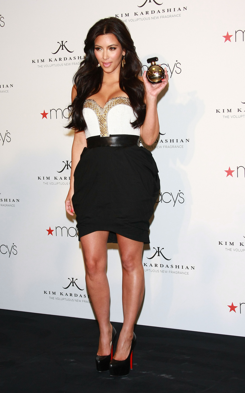 85350_celebrity_paradise.com_Kim_Kardashian_Fragance_44_122_445lo.jpg
