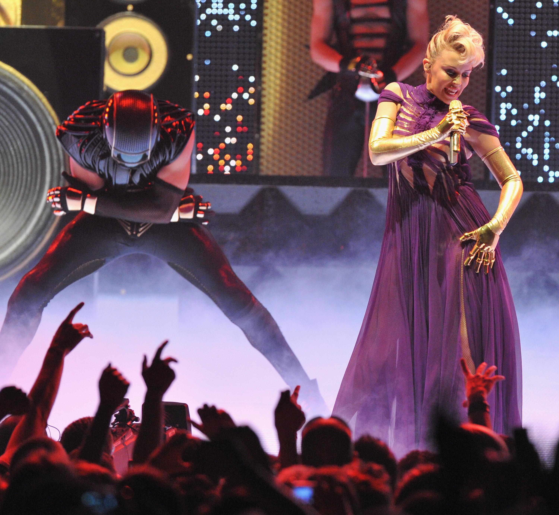 16582_Kylie_Minogue_KylieX2008_Performance_050608_023_122_459lo.jpg