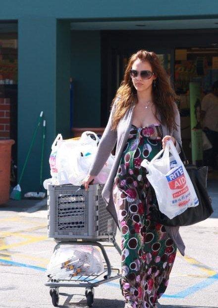 38014_19.04.2008_-_Jessica_Alba_shoppt_bei_Rite_Aid_in_Los_Angeles_016_122_533lo.jpg