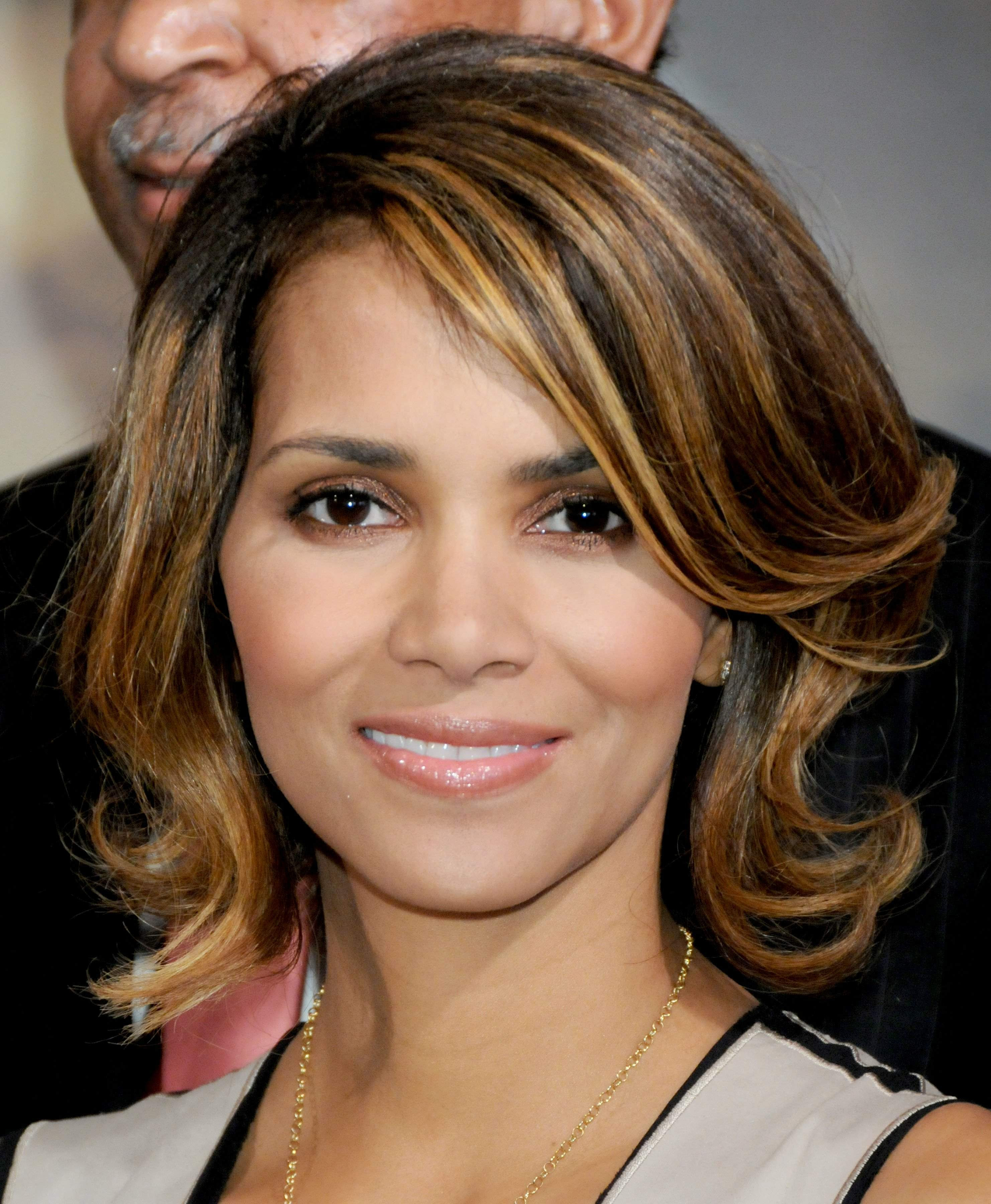 62460_Halle_Berry_2009_Jenesse_Silver_Rose_Gala_Auction_in_Beverly_Hills_32_122_378lo.jpg