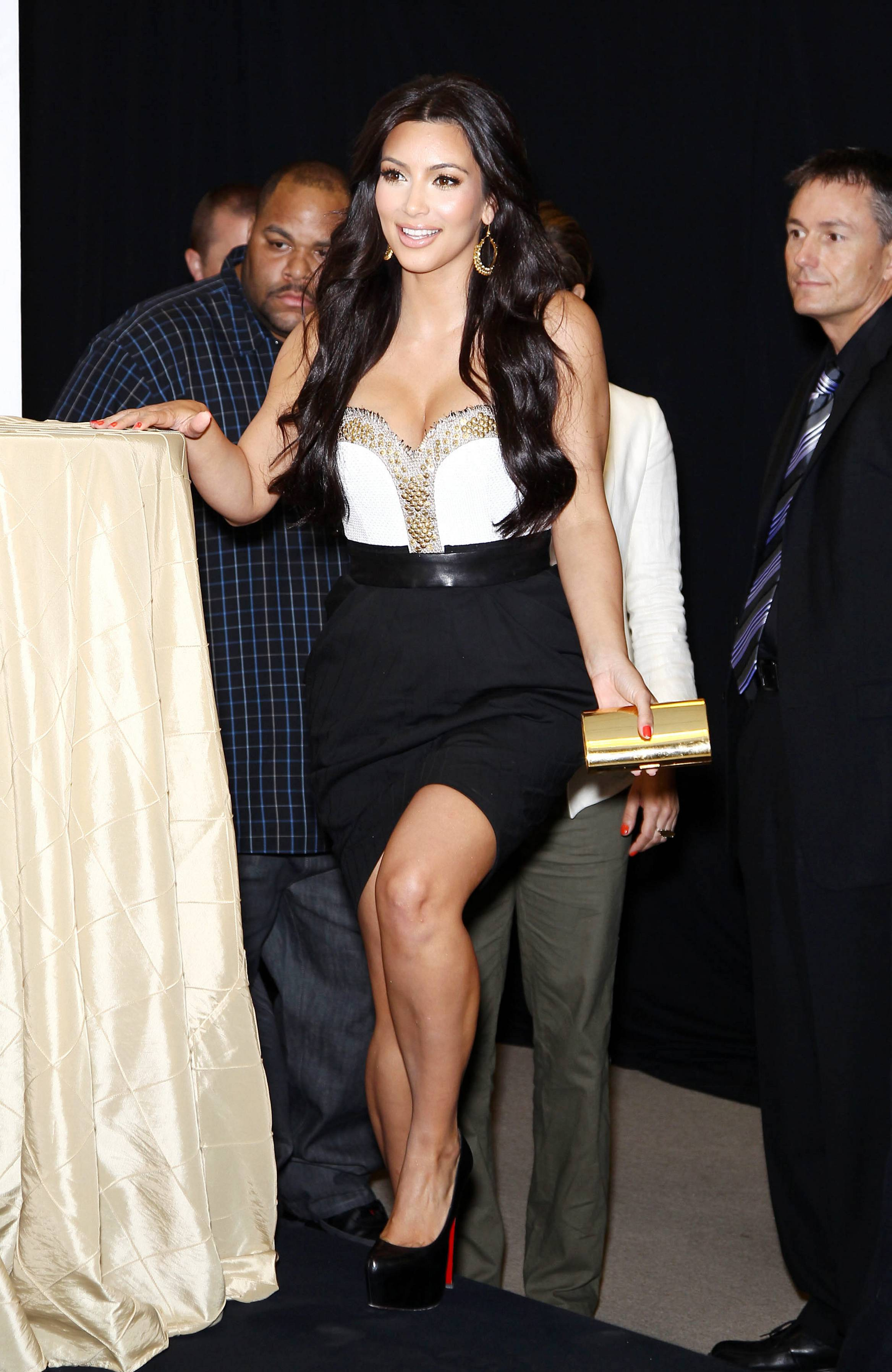 85082_celebrity_paradise.com_Kim_Kardashian_Fragance_22_122_51lo.jpg