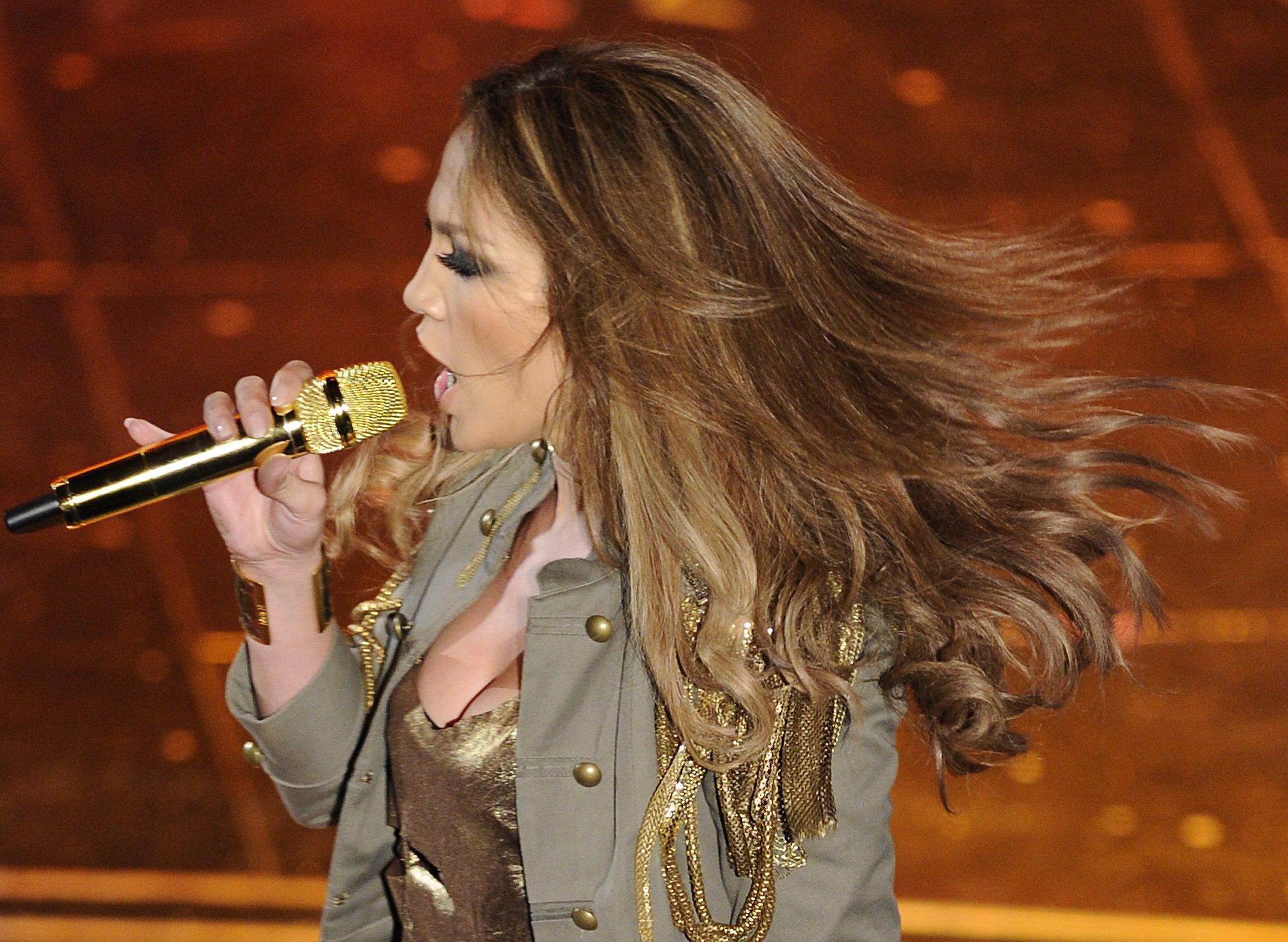74647_Jennifer_Lopez_performs_during_the_Festival_di_Sanremo_Italian_song_contest-3_122_152lo.jpg