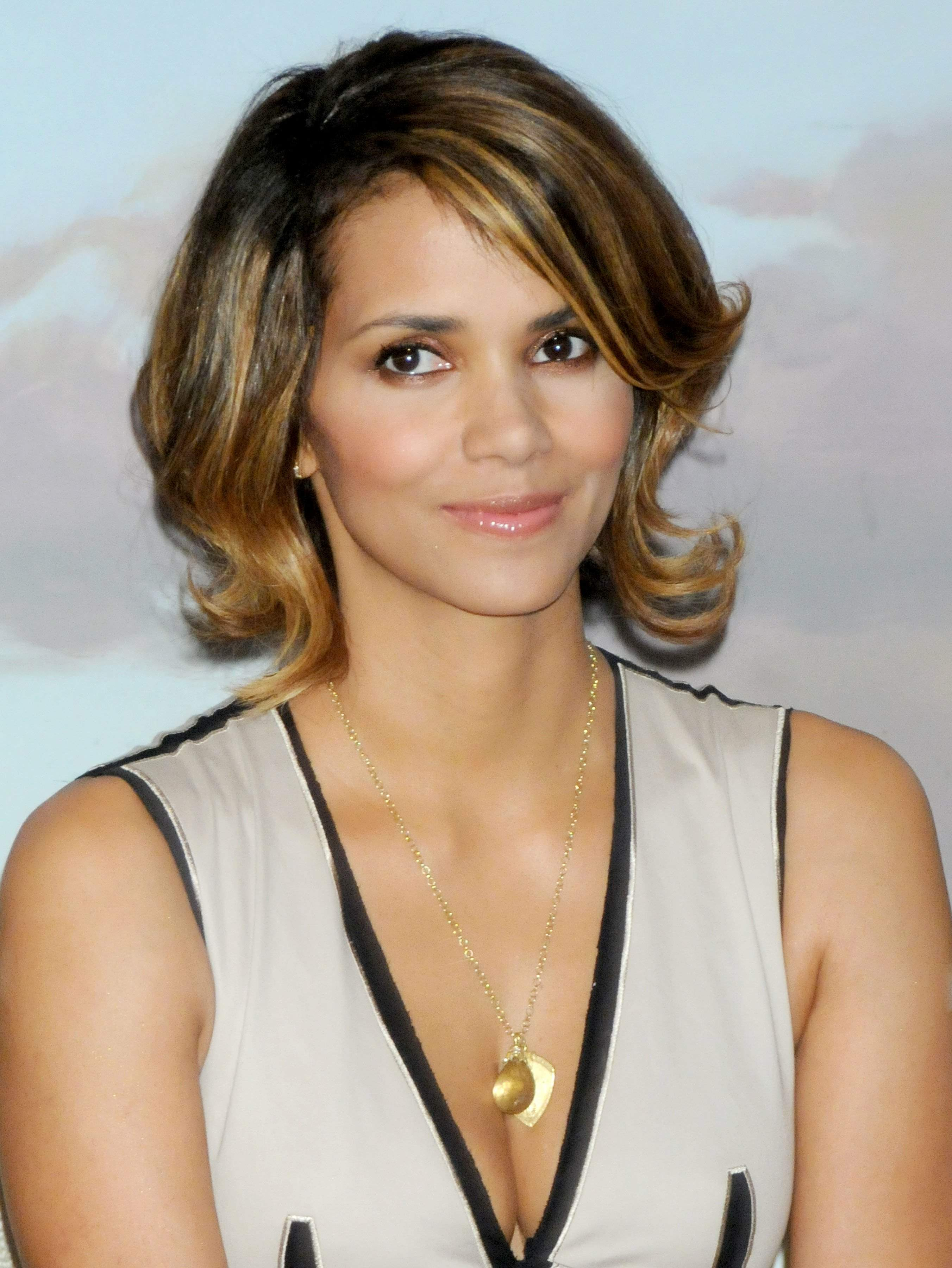 59861_Halle_Berry_2009_Jenesse_Silver_Rose_Gala_Auction_in_Beverly_Hills_80_122_230lo.jpg