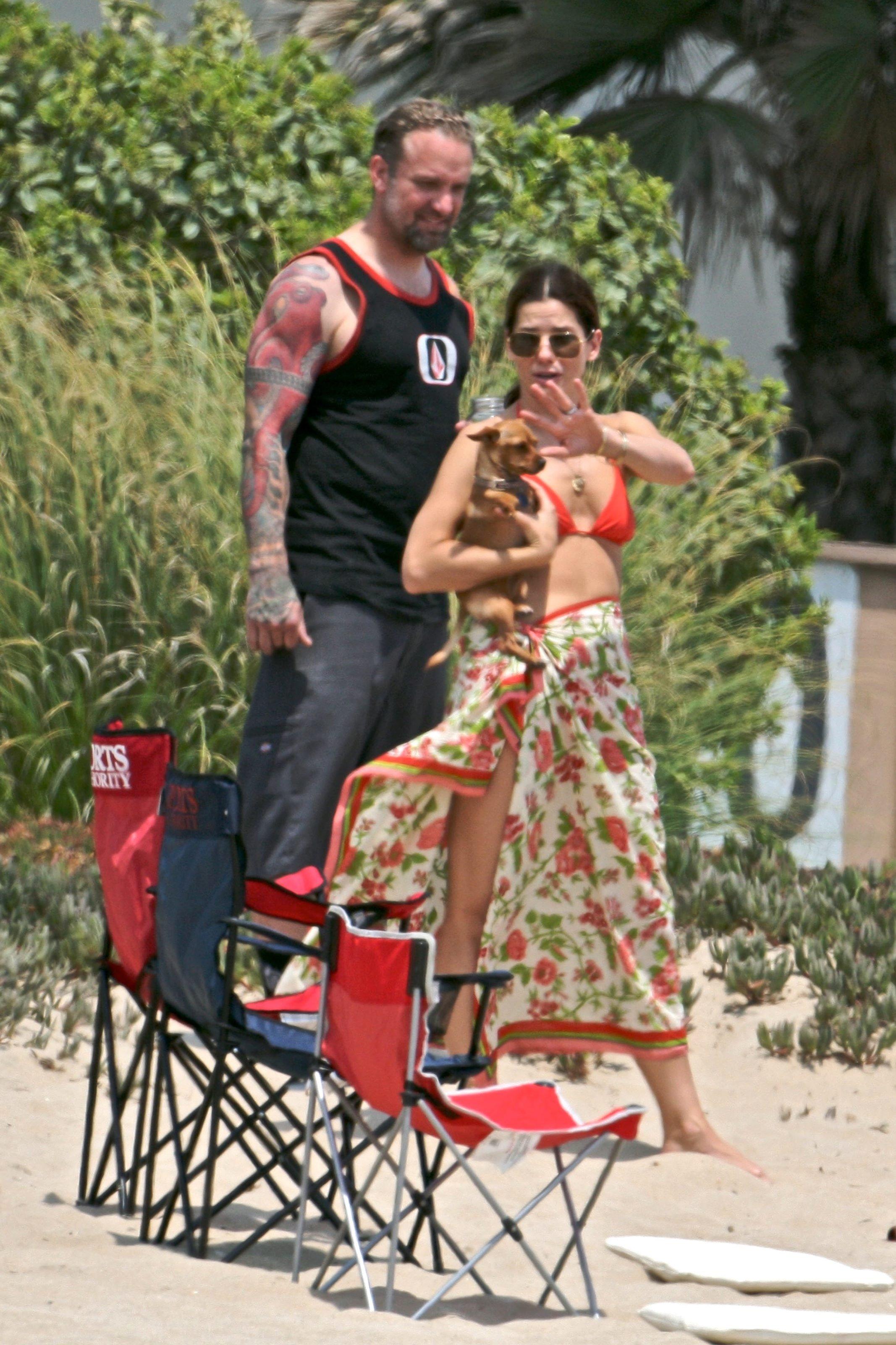79135_Celebutopia-Sandra_Bullock_in_top_bikini_and_husband_host_an_Independence_Day_beach_party-12_122_499lo.jpg