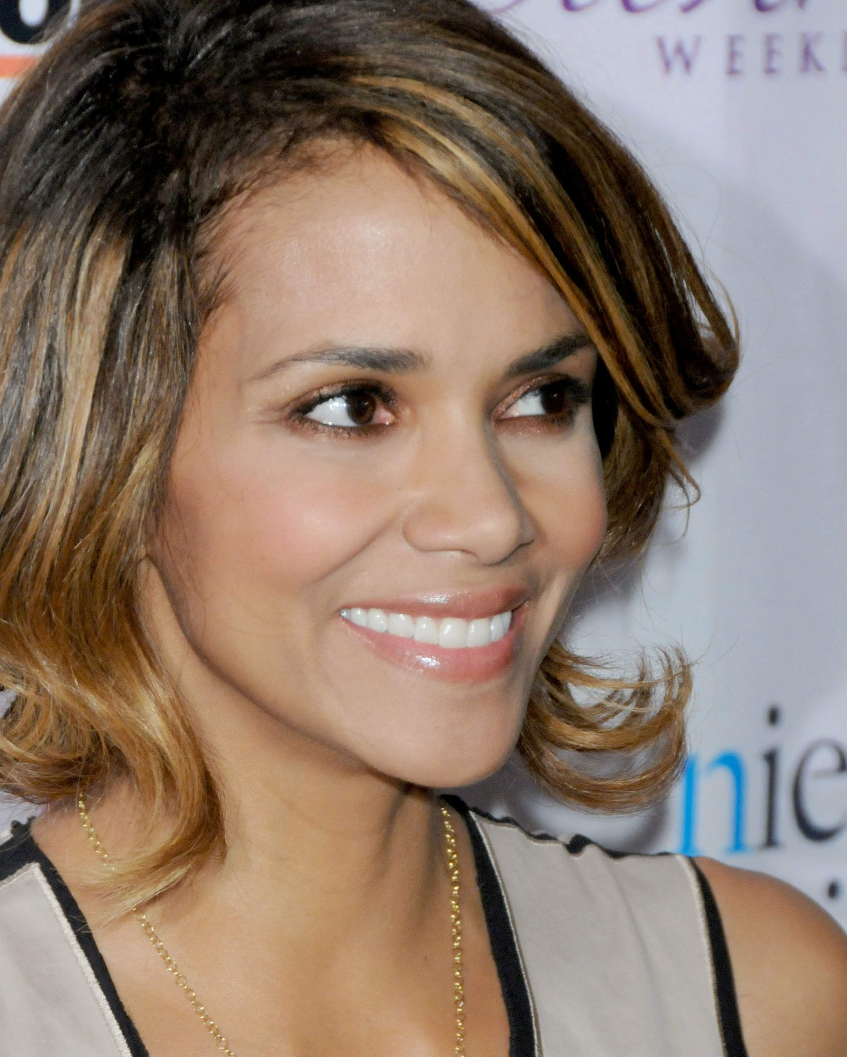 62974_Halle_Berry_2009_Jenesse_Silver_Rose_Gala_Auction_in_Beverly_Hills_42_122_118lo.jpg