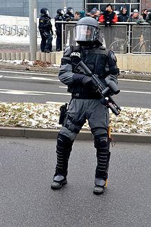 44636_220px_Polizist_Pepperball_Dresden_122_148lo.jpg