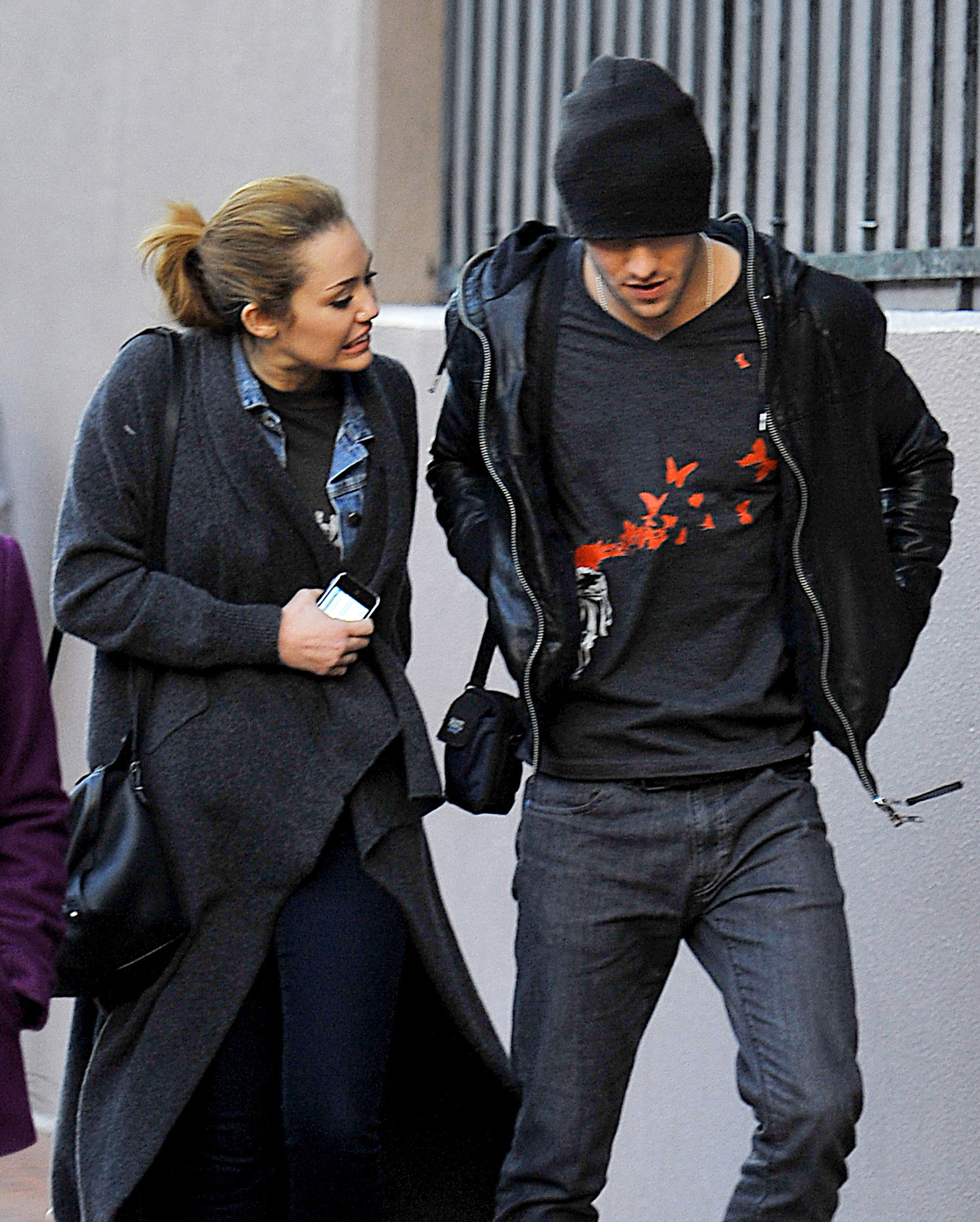 74069_tduid300116_by_mah0ne_Miley_Cyrus_Heading_Back_To_Her_Hotel_In_New_Orleans_13.01.11_001_122_463lo.jpg
