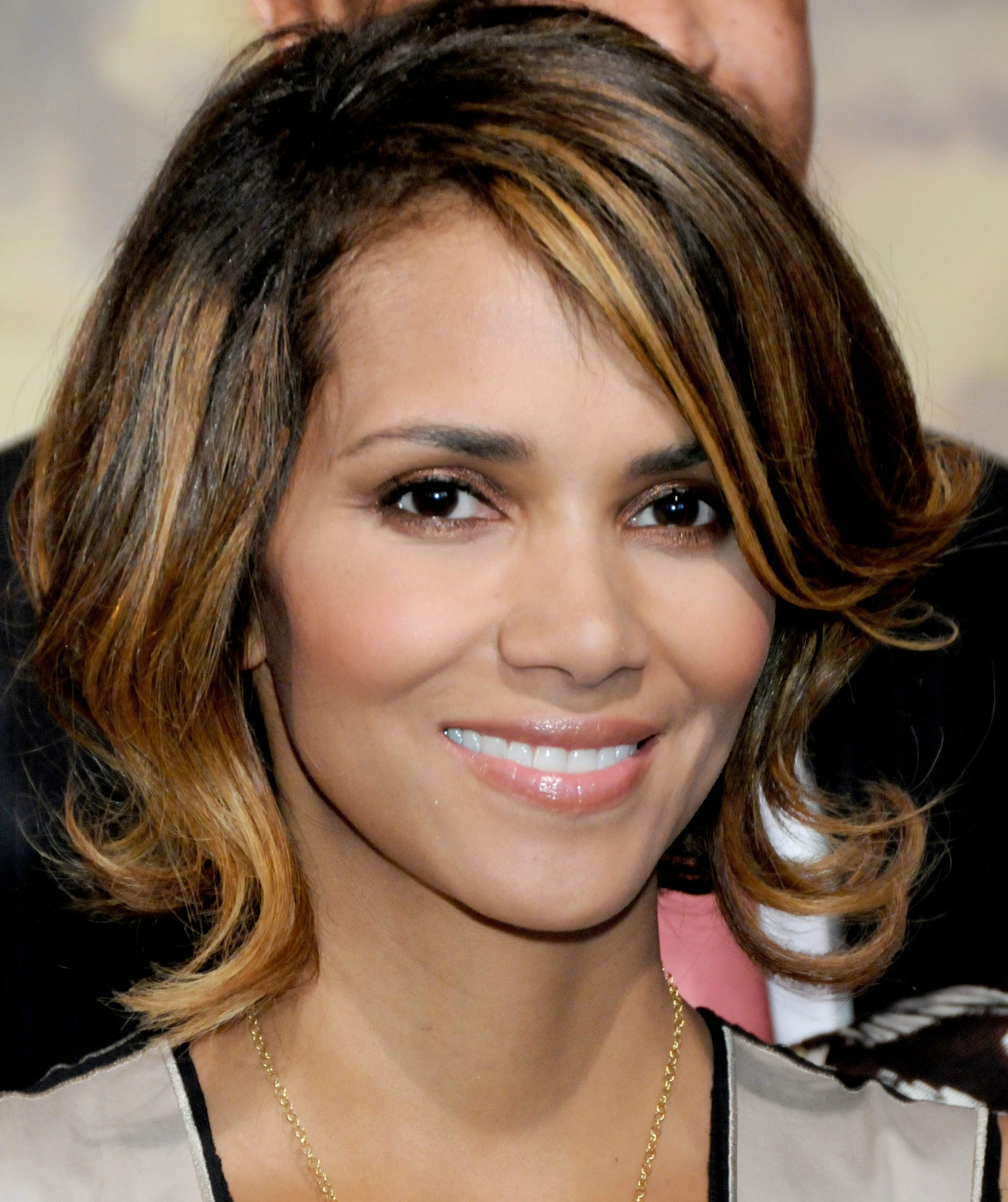 62743_Halle_Berry_2009_Jenesse_Silver_Rose_Gala_Auction_in_Beverly_Hills_35_122_1lo.jpg