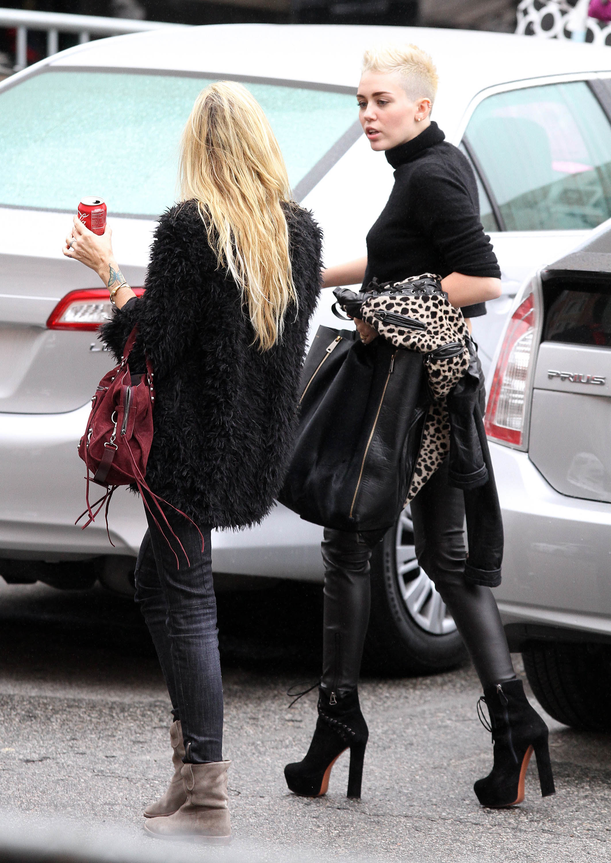 01293_Preppie_Miley_Cyrus_walks_into_rehearsals_for_VH1_Diva_Awards_2012_24_122_252lo.jpg