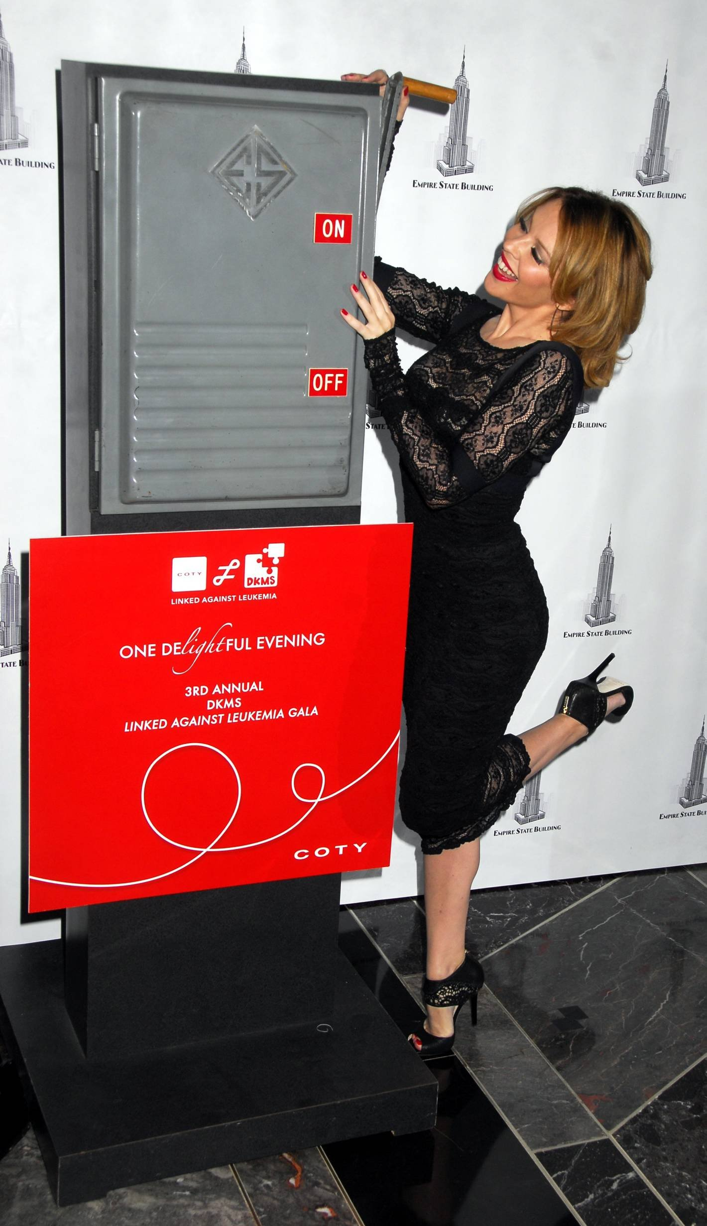 25295_Celebutopia-Kylie_Minogue_lights_The_Empire_State_Building-06_122_500lo.jpg