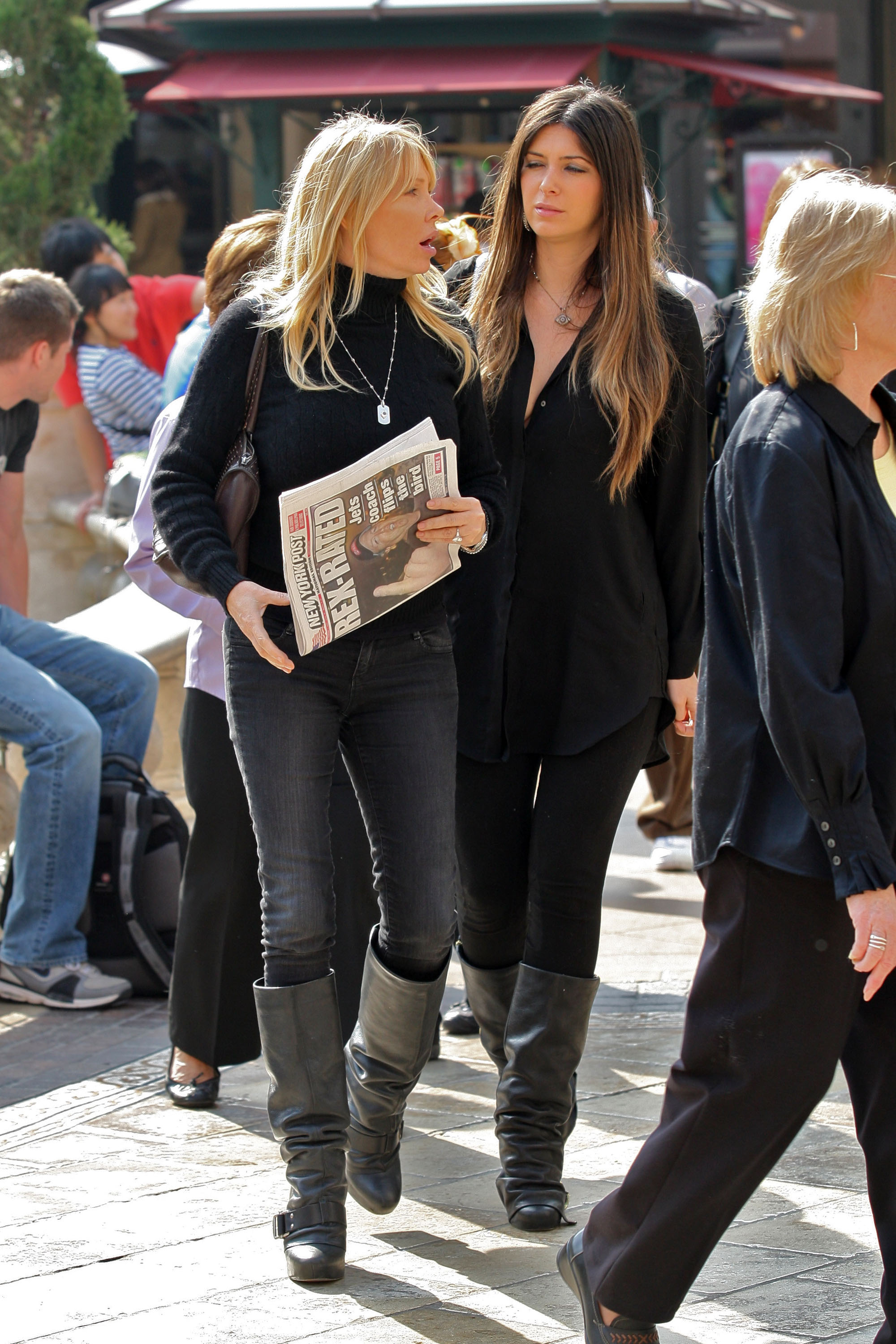 24839_celebrity-paradise.com-The_Elder-Brittny_Gastineau_2010-02-01_-_out_shopping_in_Hollywood_468_122_175lo.jpg