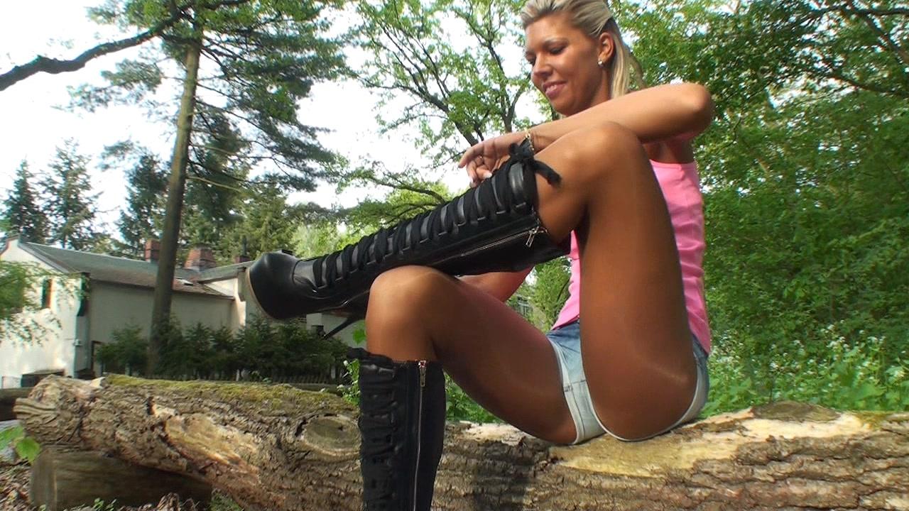 847611623_Solo_Boots_Pantyhose377tm.mpg_20161004_074524.890_123_428lo.jpg
