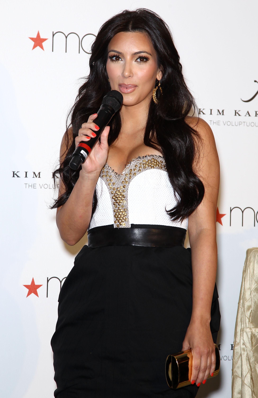 86642_celebrity_paradise.com_Kim_Kardashian_Fragance_30_122_499lo.jpg