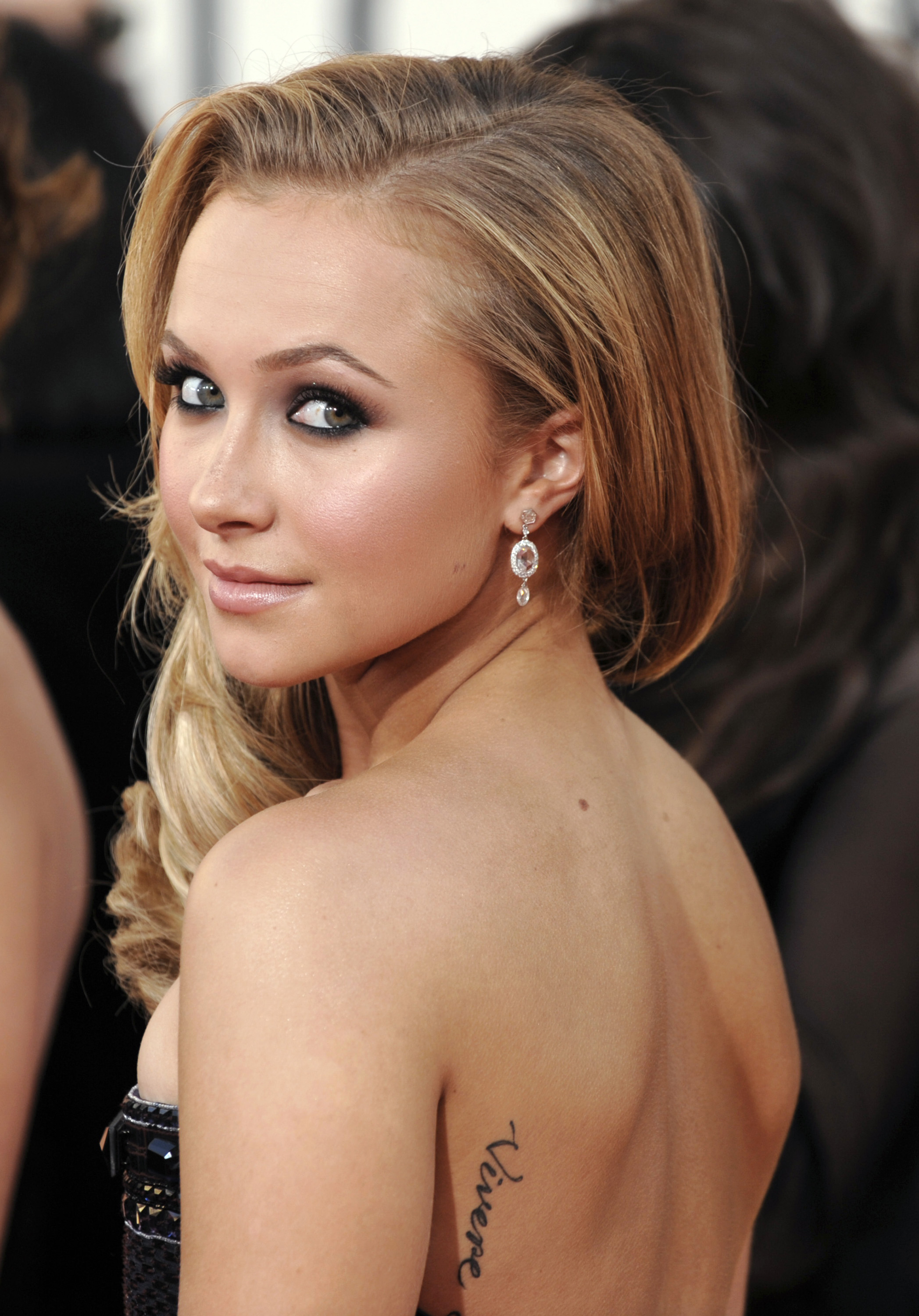25972_Celebutopia-Hayden_Panettiere_arrives_at_the_66th_Annual_Golden_Globe_Awards-04_122_539lo.jpg