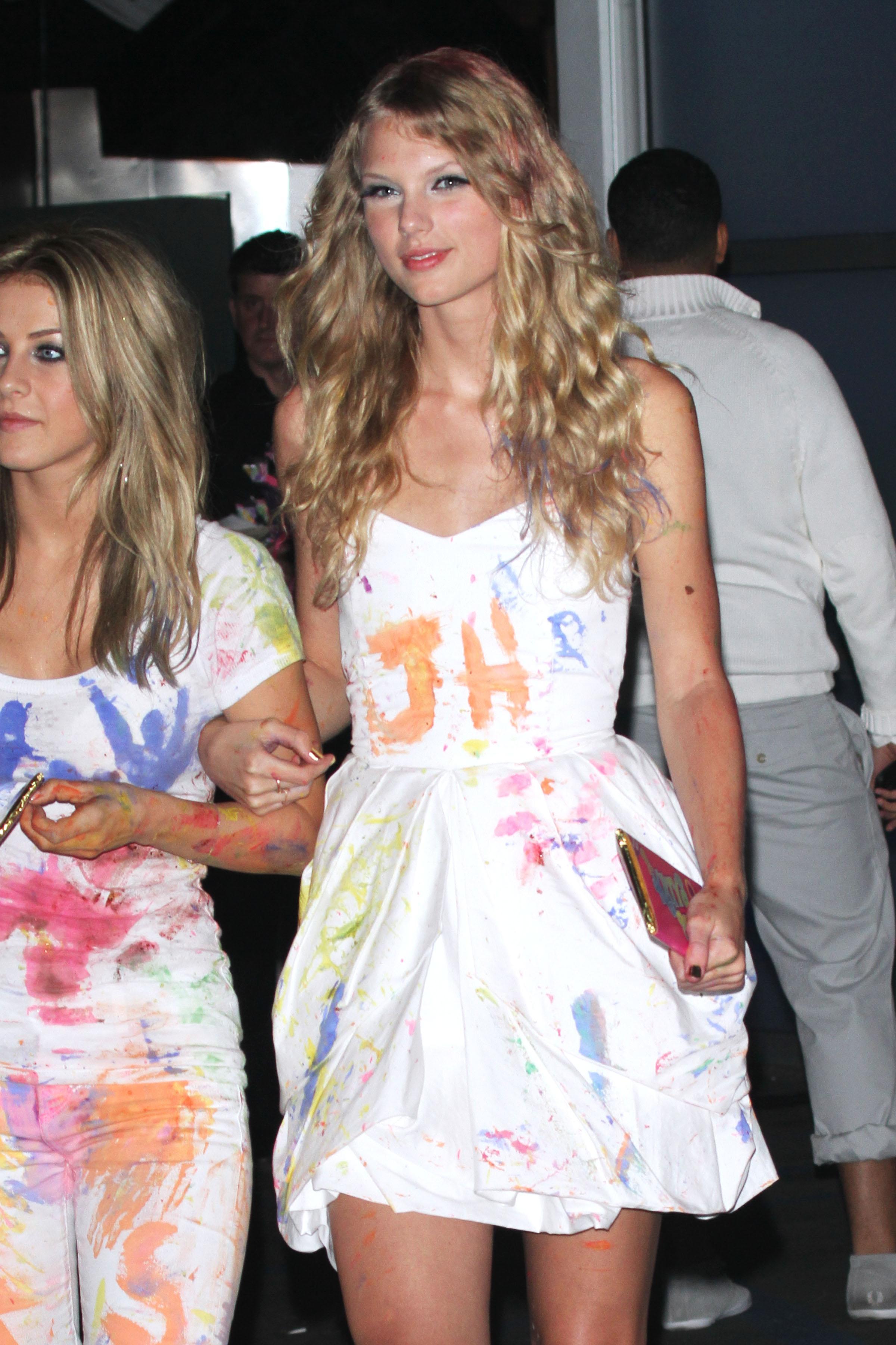 72235_Taylor_Swift_celebrates_Katy_Perrys_birthday_in_West_Hollywood-6_122_225lo.jpg