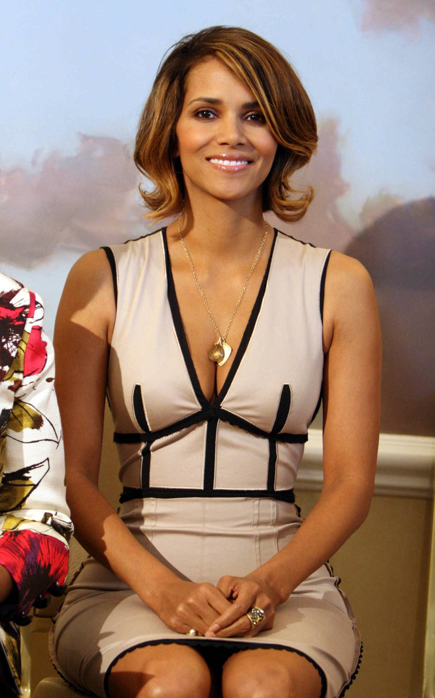 63349_Halle_Berry_2009_Jenesse_Silver_Rose_Gala_Auction_in_Beverly_Hills_61_122_245lo.jpg