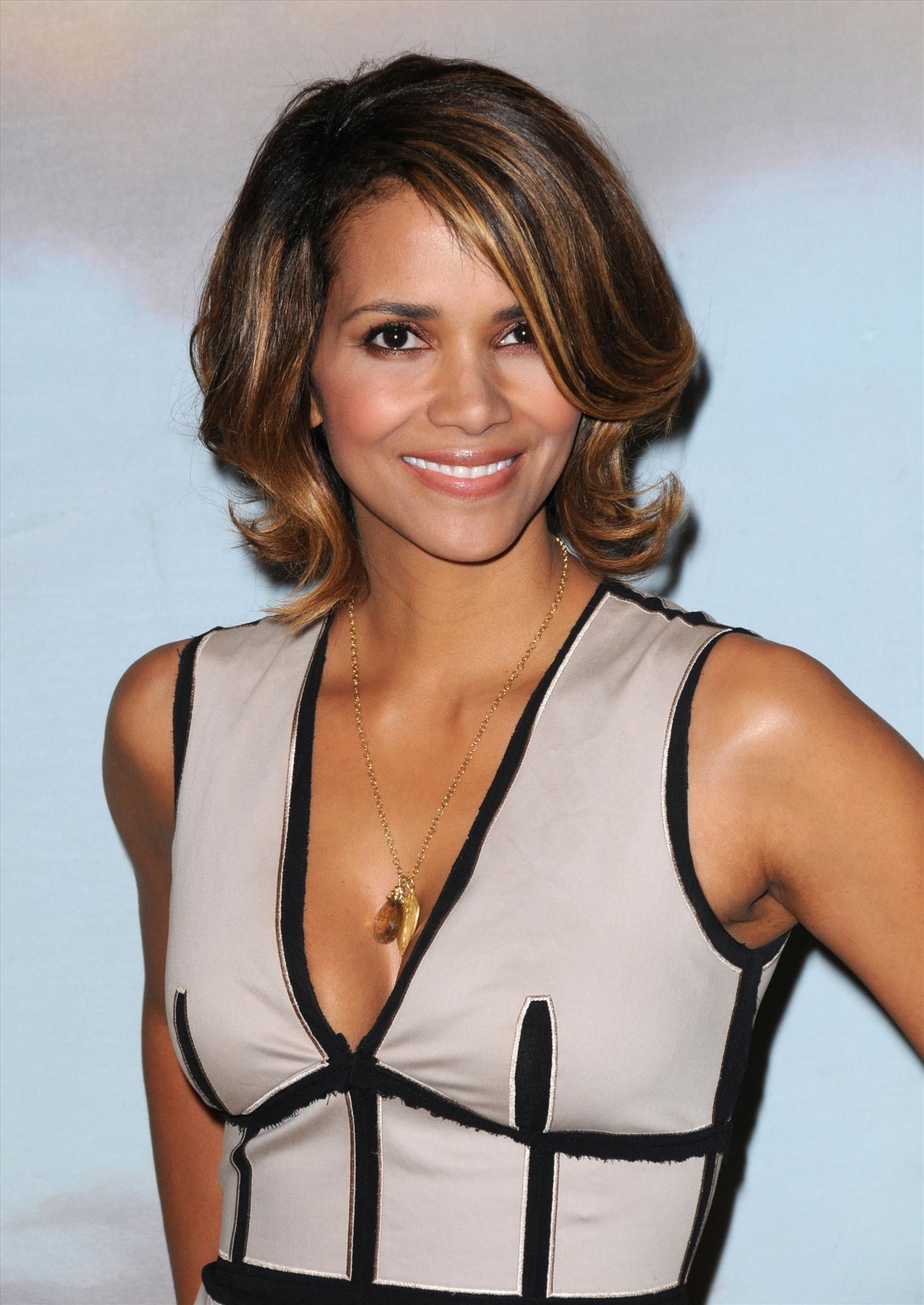 63305_Halle_Berry_2009_Jenesse_Silver_Rose_Gala_Auction_in_Beverly_Hills_66_122_49lo.jpg