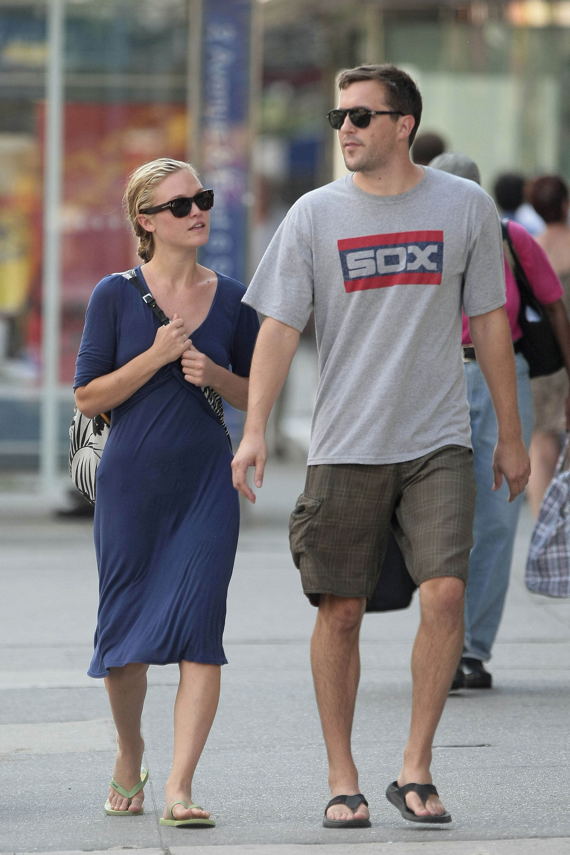 88607_Julia_Stiles_Out_in_the_East_Village8_122_564lo.jpg