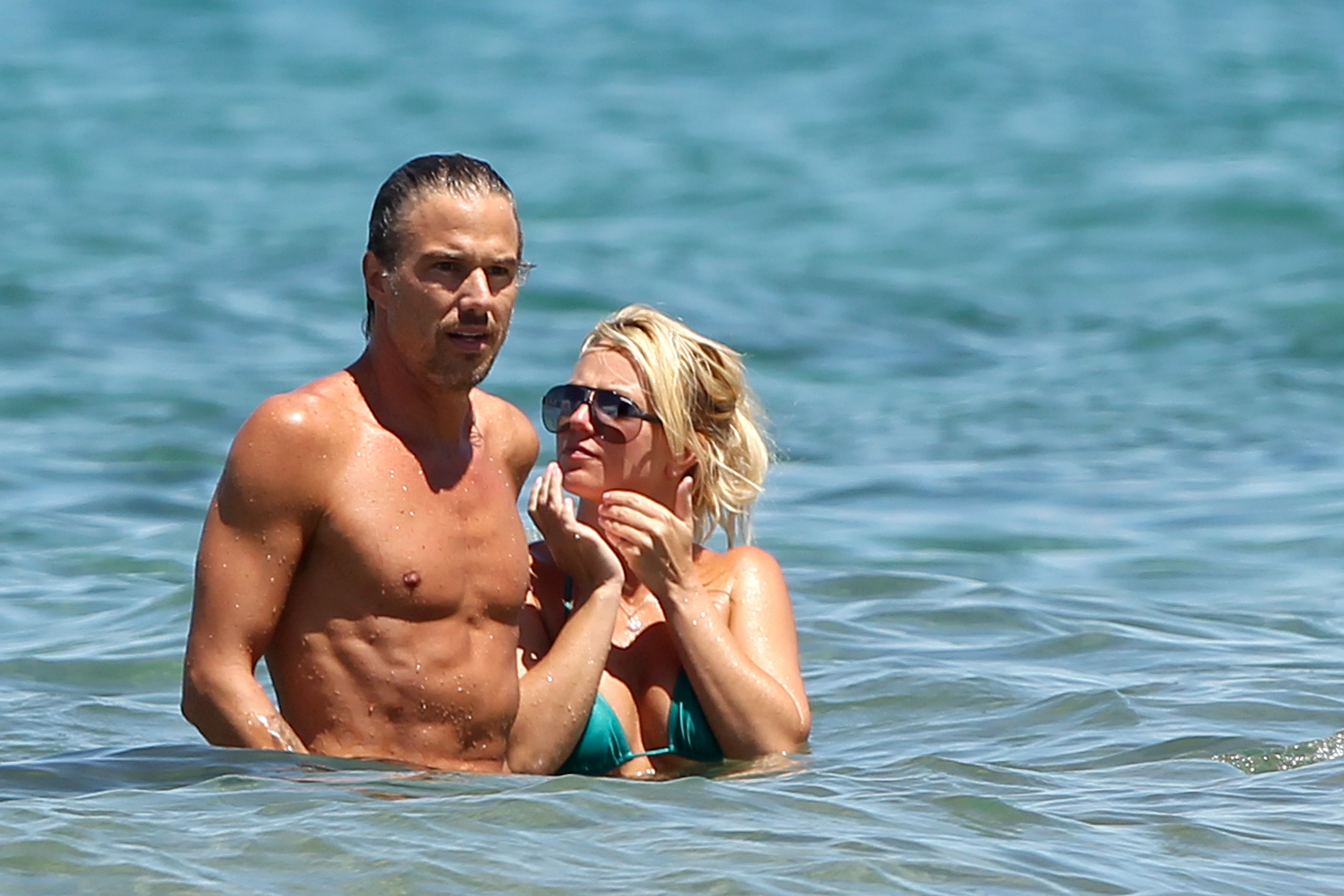 21472_Britney_Spears_on_the_beach_in_Maui_5_122_108lo.jpg