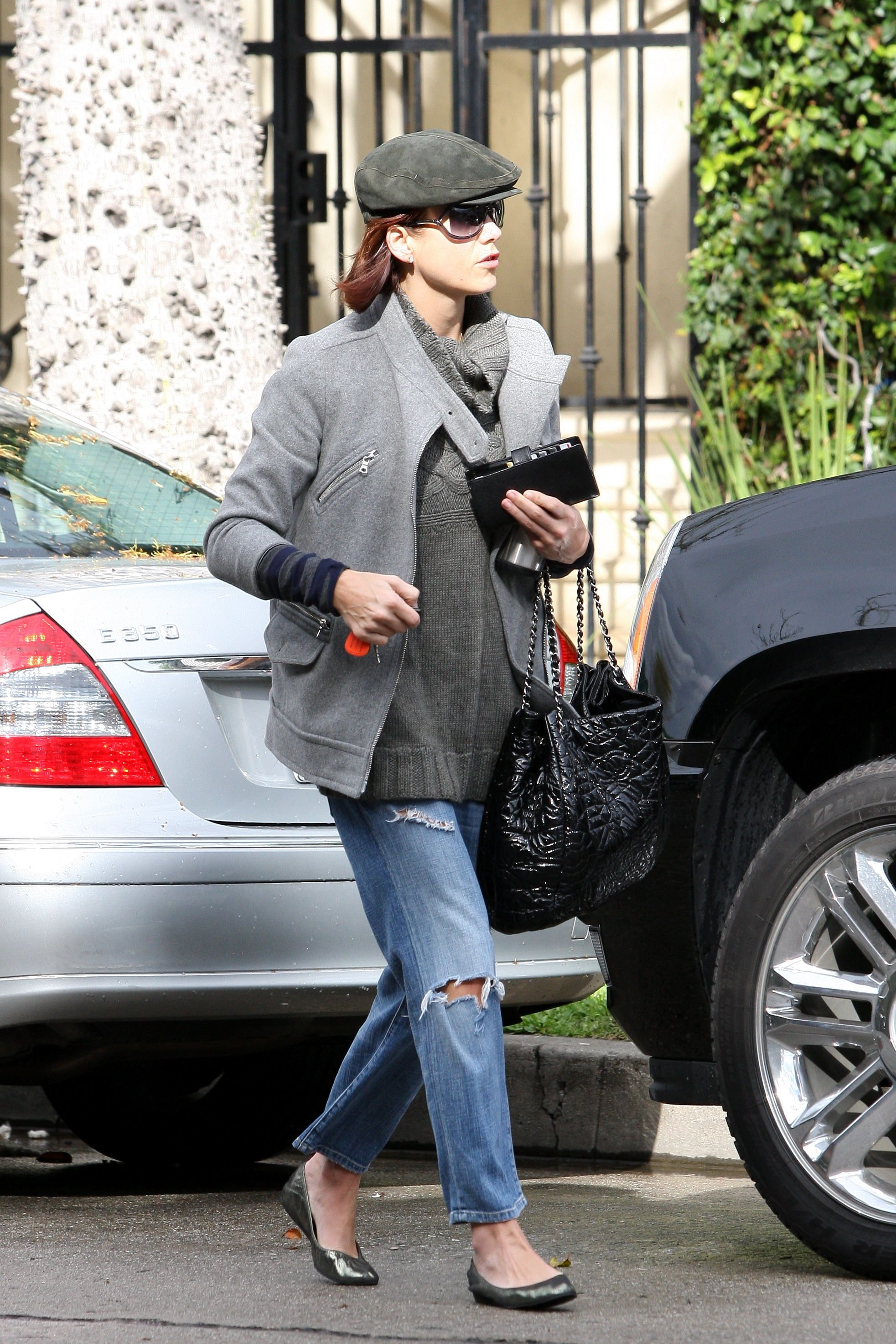 11413_Celebutopia-Kate_Walsh_with_ripped_jeans_in_Hollywood-25_122_2lo.JPG