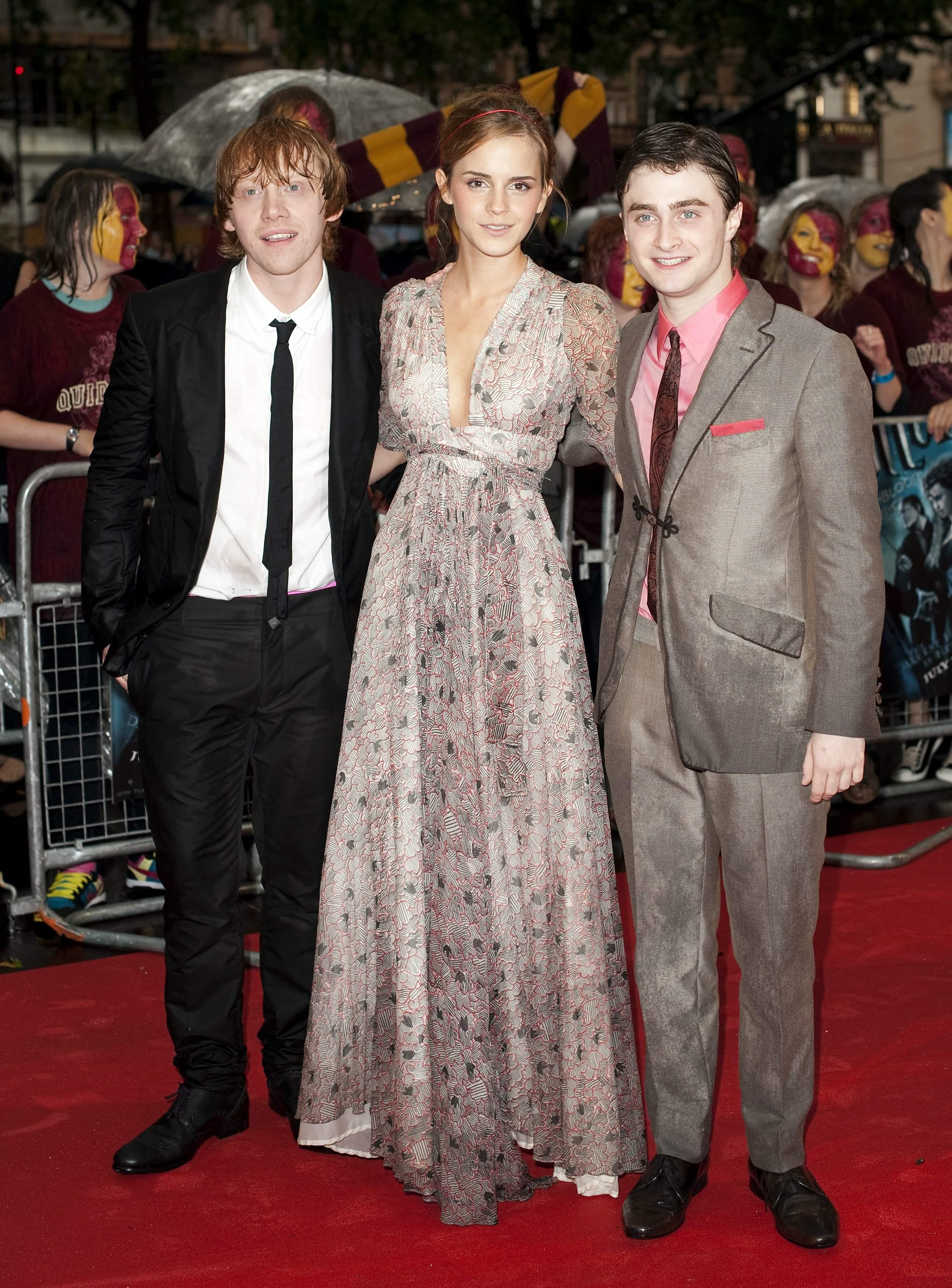 51437_Emma_Watson_HPaTHBP_premiere_in_London04069_122_184lo.jpg