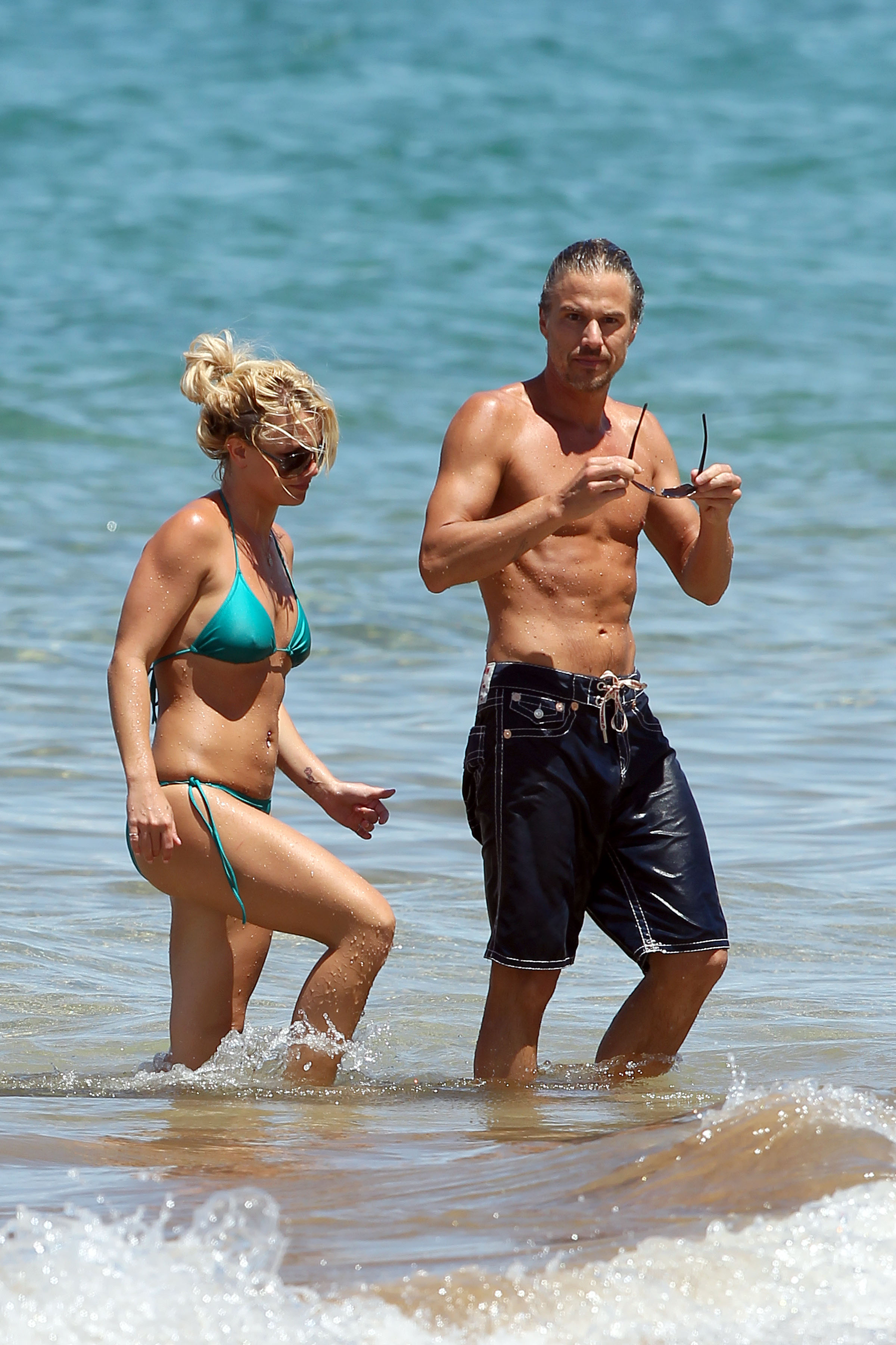 21678_Britney_Spears_on_the_beach_in_Maui_11_122_155lo.jpg