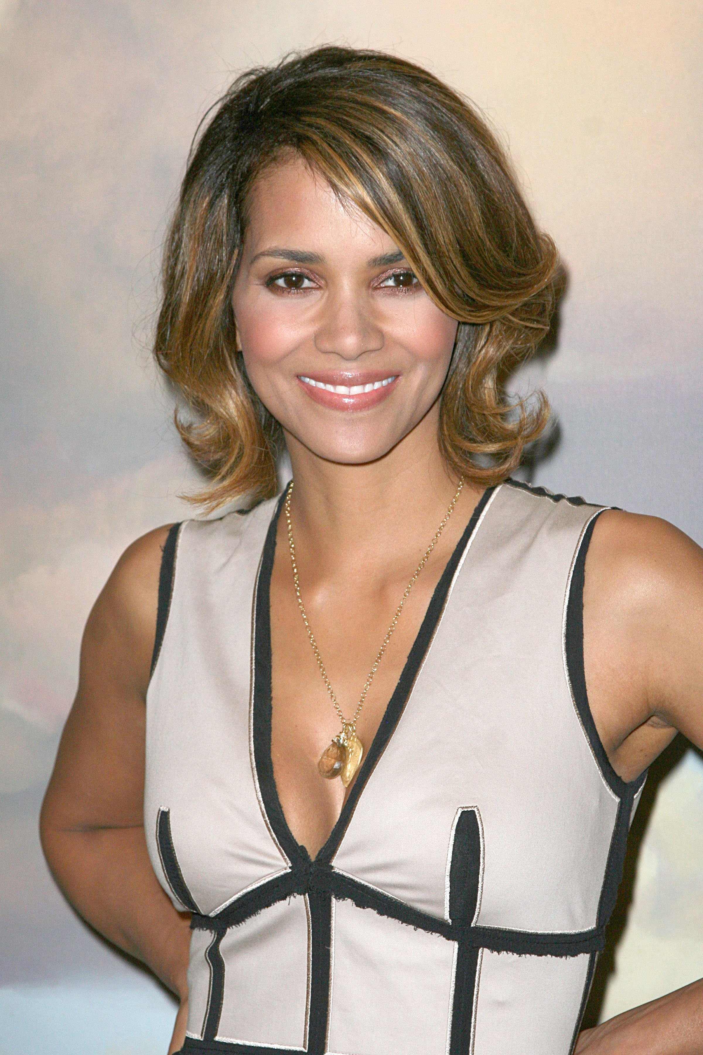 59678_Halle_Berry_2009_Jenesse_Silver_Rose_Gala_Auction_in_Beverly_Hills_129_122_229lo.jpg
