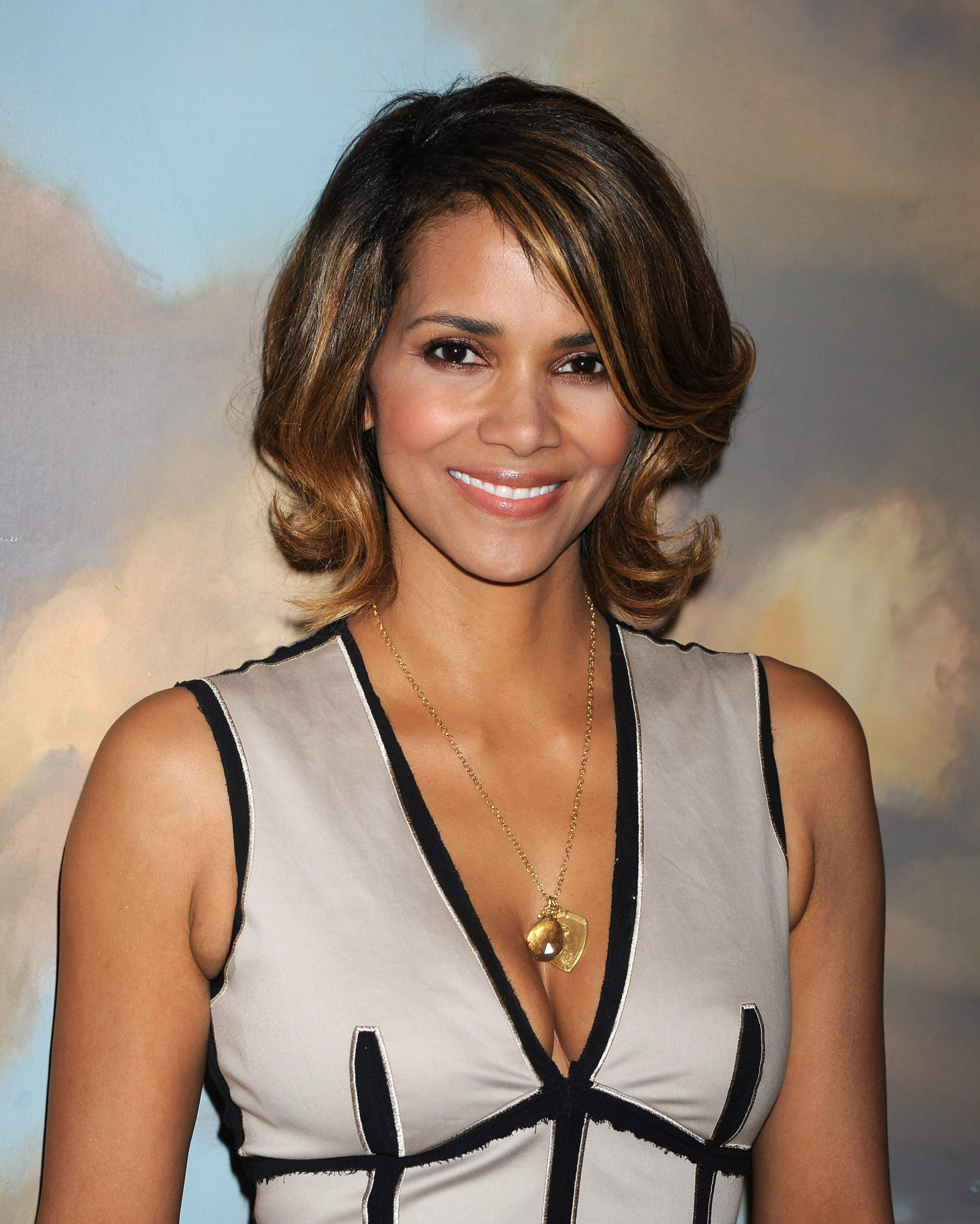 63277_Halle_Berry_2009_Jenesse_Silver_Rose_Gala_Auction_in_Beverly_Hills_69_122_568lo.jpg