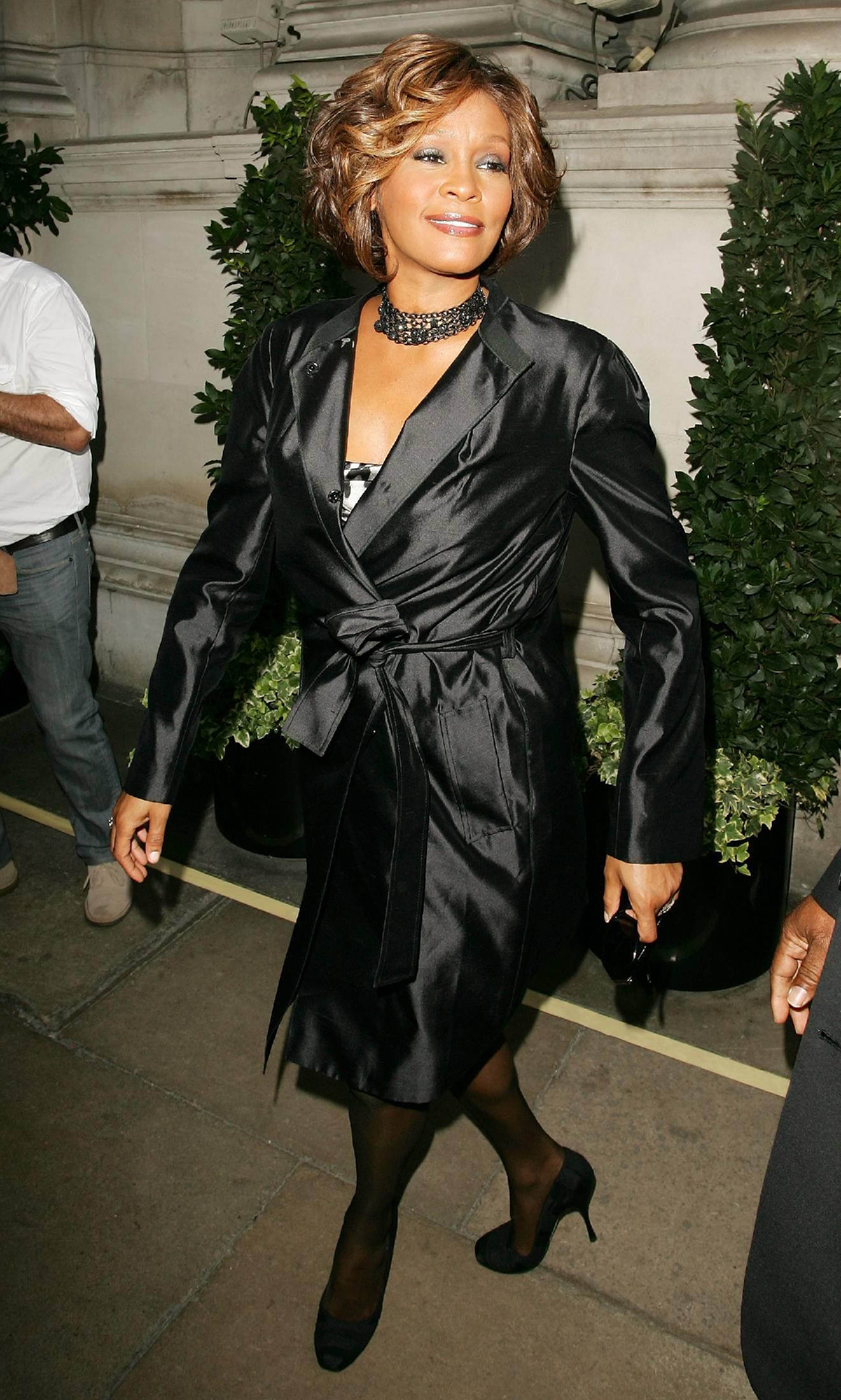 04748_celeb-city.org-The_Elder-Whitney_Houston_2009-07-14_-_arrives_at_a_London_hotel_443_122_57lo.jpg