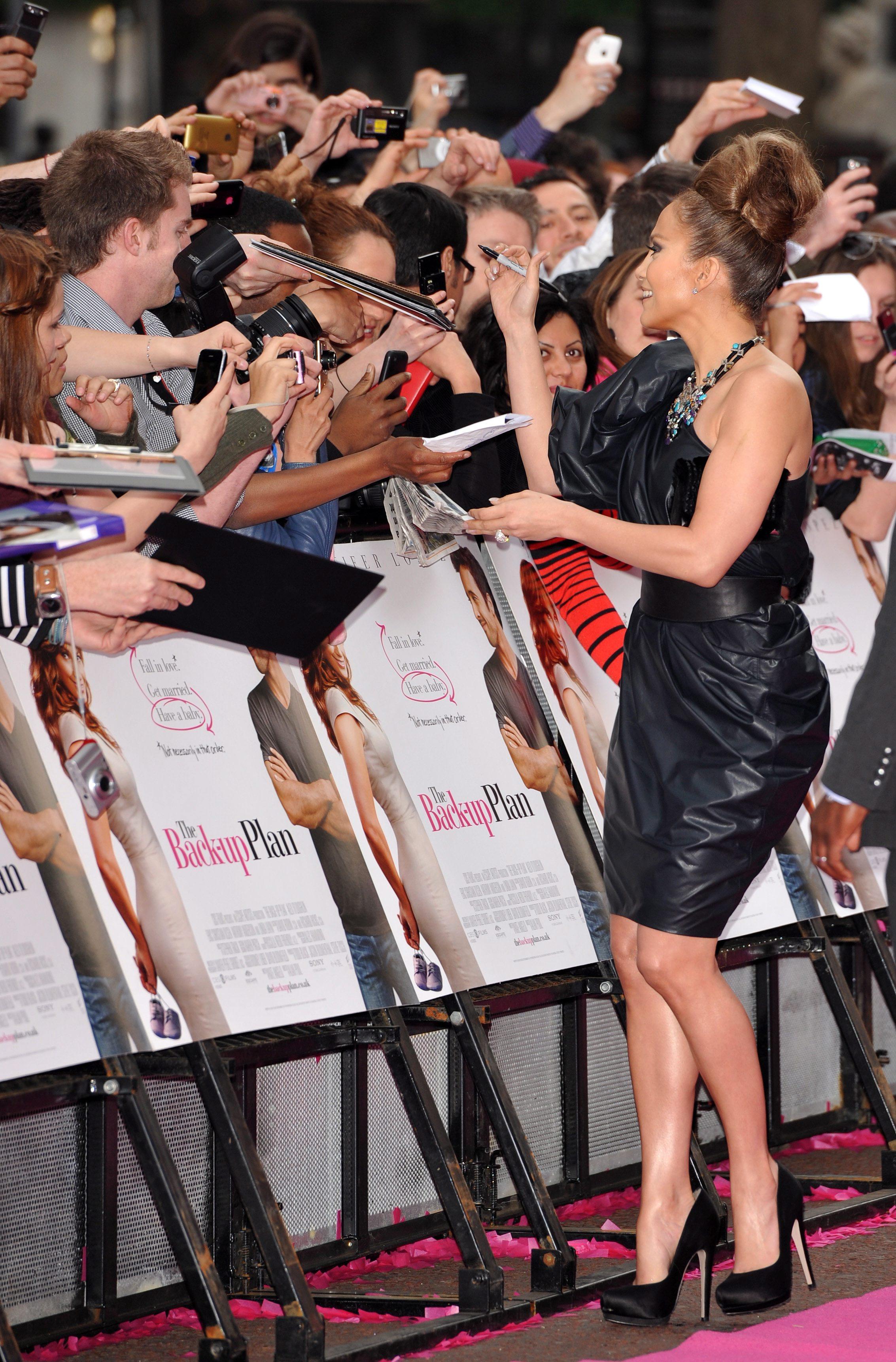 50010_celebrity_paradise.com_TheElder_JenniferLopez2010_04_28_TheBack_UpPlanUKPremiere132_122_128lo.jpg