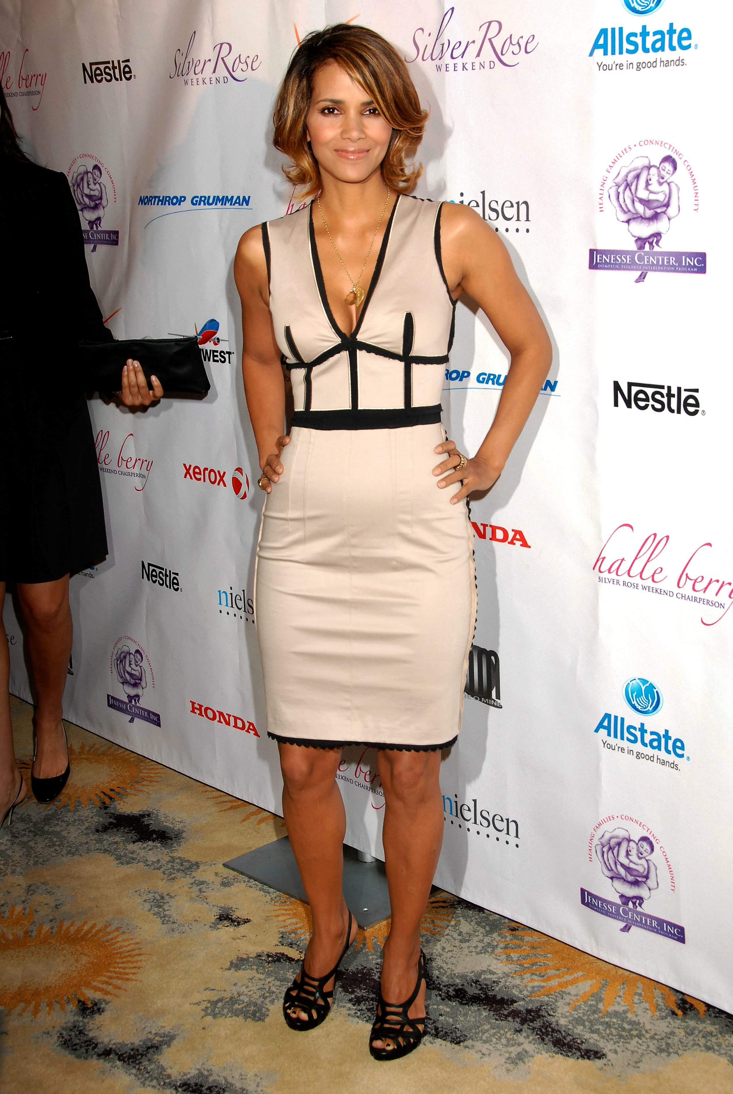 62350_Halle_Berry_2009_Jenesse_Silver_Rose_Gala_Auction_in_Beverly_Hills_21_122_133lo.jpg