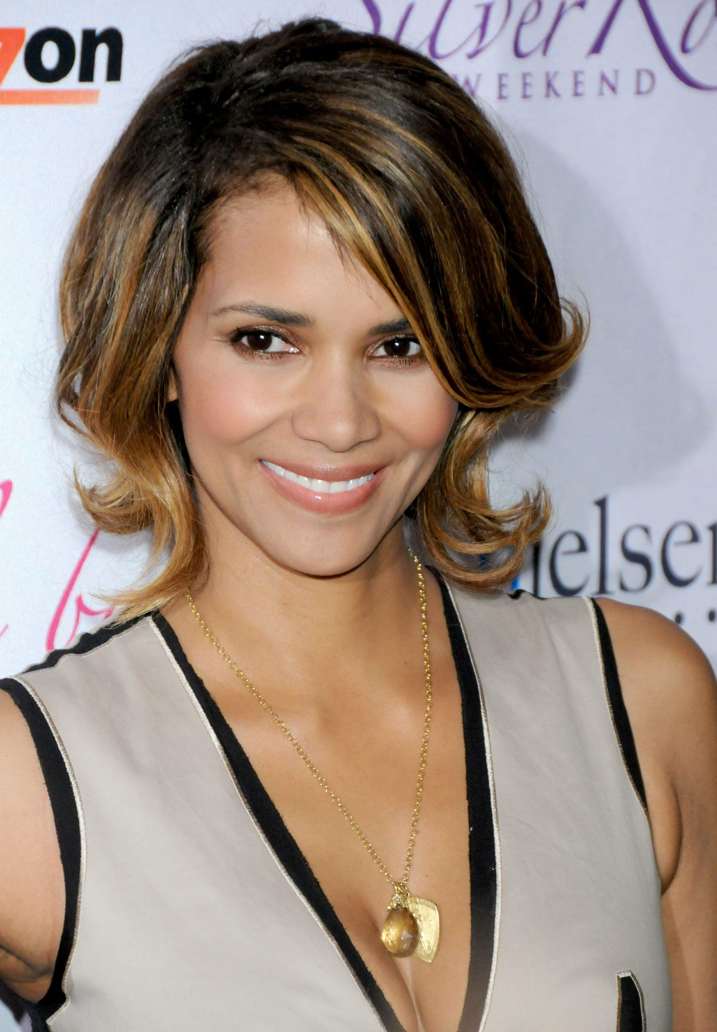 59825_Halle_Berry_2009_Jenesse_Silver_Rose_Gala_Auction_in_Beverly_Hills_45_122_162lo.jpg