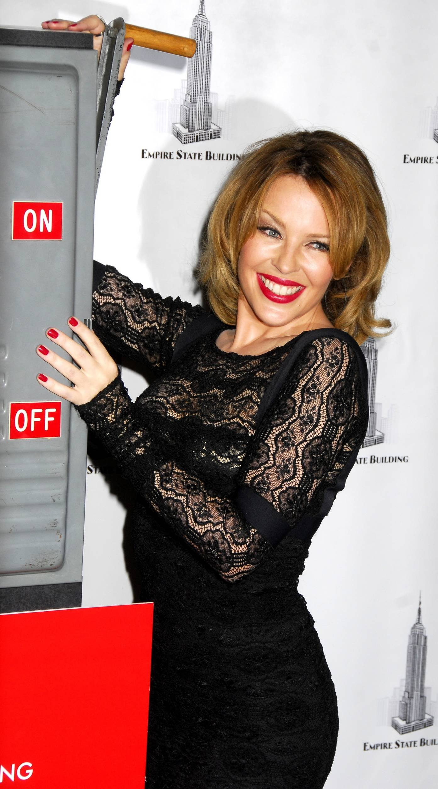 28897_Celebutopia-Kylie_Minogue_lights_The_Empire_State_Building-08_122_197lo.jpg