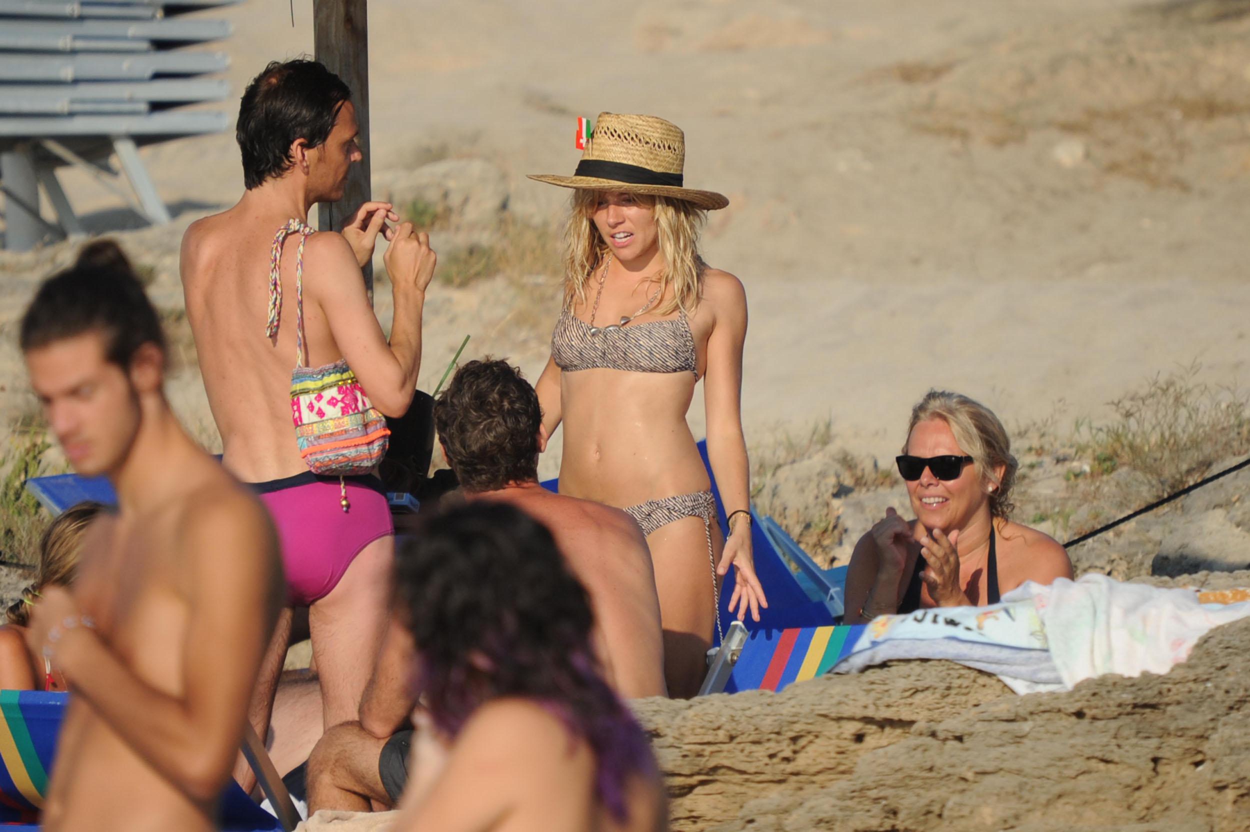 87982_Sienna_Miller_Bikini_Italy_5_122_87lo.jpg