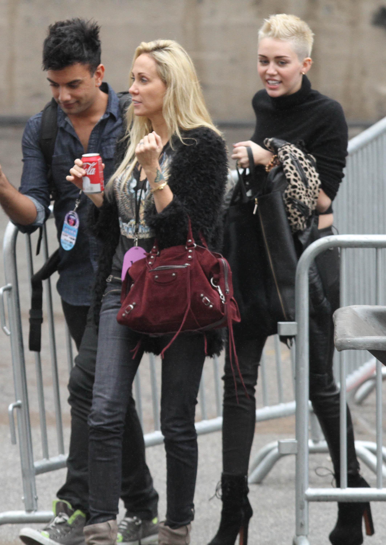 99722_Preppie_Miley_Cyrus_walks_into_rehearsals_for_VH1_Diva_Awards_2012_19_122_100lo.jpg