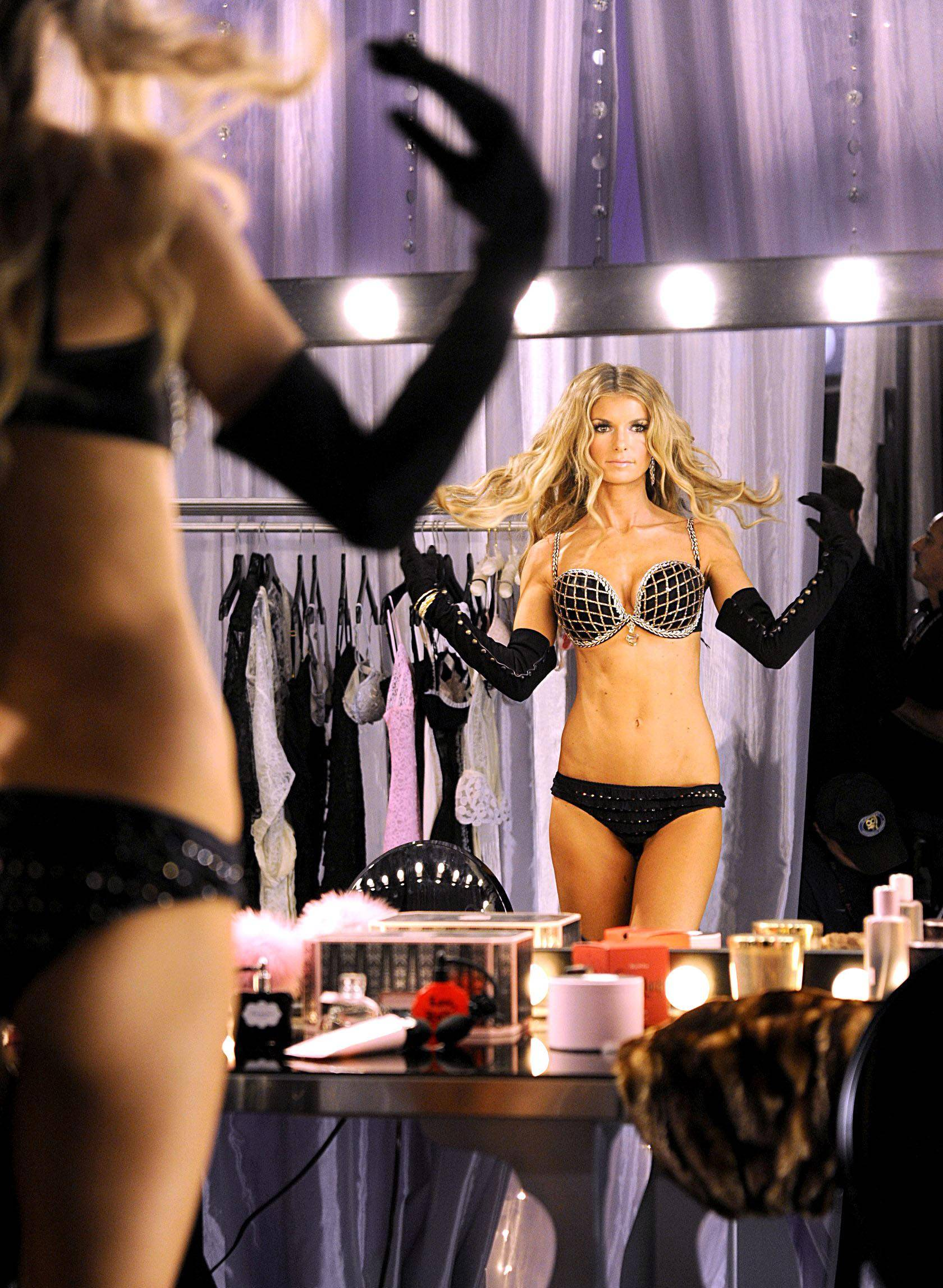72642_marisa_miller_victorias_secret_fashion_Show_backstage-8_122_341lo.jpg