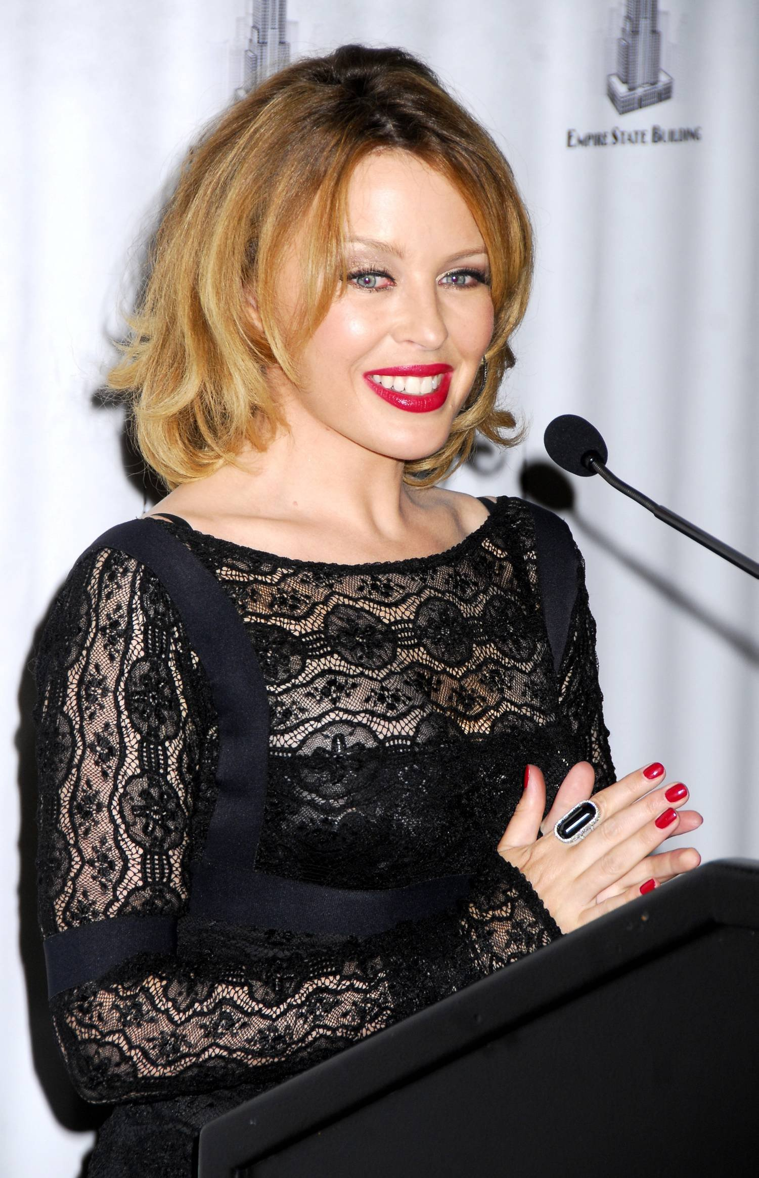 28983_Celebutopia-Kylie_Minogue_lights_The_Empire_State_Building-16_122_589lo.jpg
