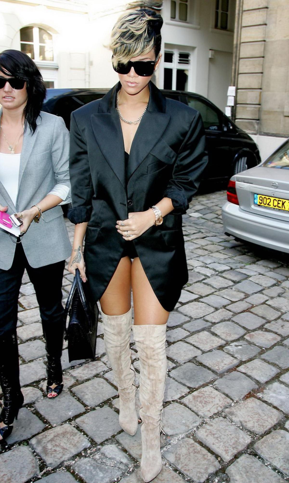 55368_Rihanna_Vivienne_Westwood_Show_Paris_Fashion_Week_021009_003_122_34lo.jpg