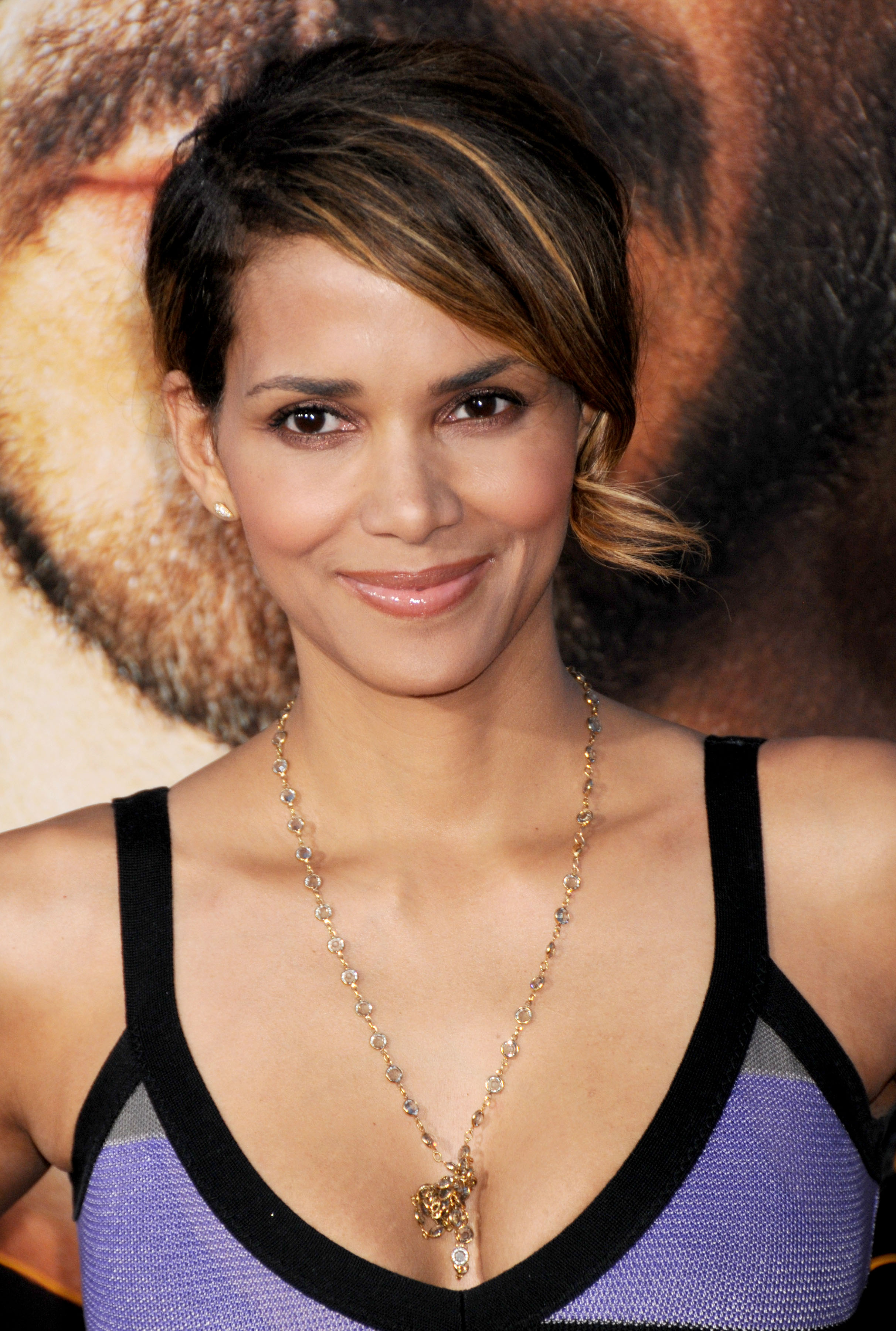 66438_Halle_Berry_The_Soloist_premiere_in_Los_Angeles_85_122_474lo.jpg