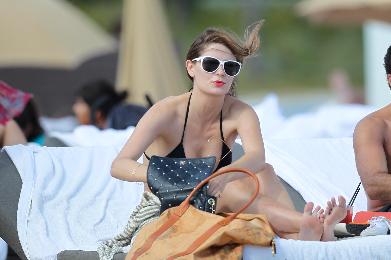 312848537_Mischa_Barton_Bikini_Candids_on_the_Beach_in_Miami_December_27_2011_262_122_135lo.jpg