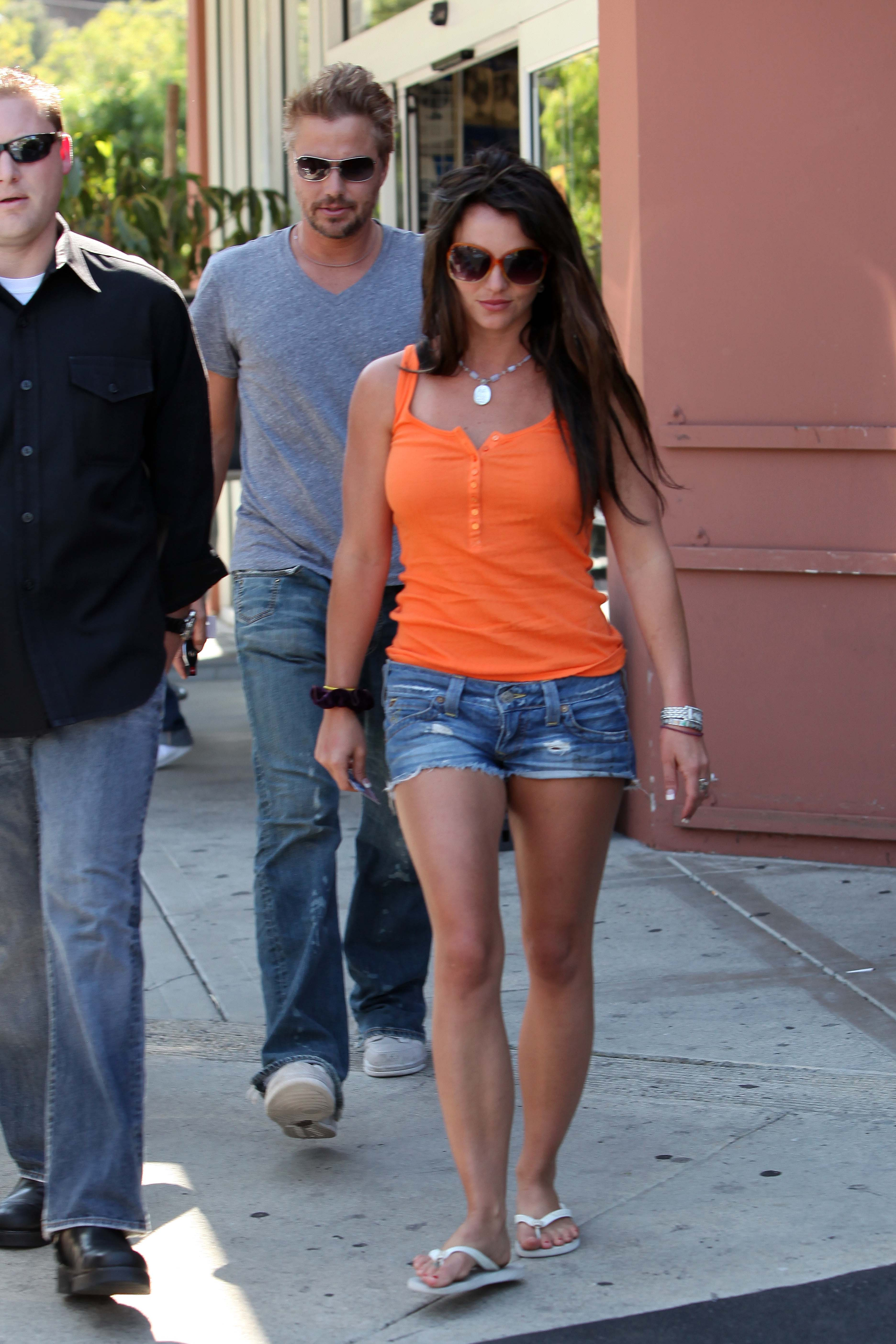 55804_celeb-city.org-The_Elder-Britney_Spears_2009-06-28_-_went_to_the_Bed_Bath_and_Beyond_5254_122_193lo.jpg