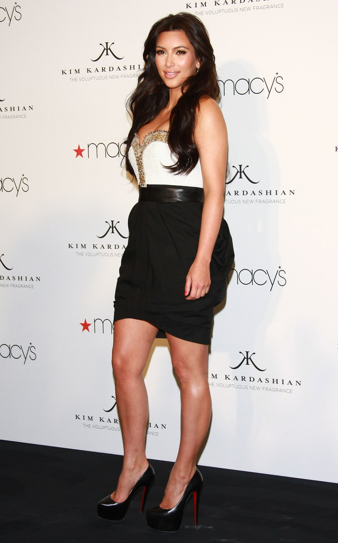 86567_celebrity_paradise.com_Kim_Kardashian_Fragance_24_122_370lo.jpg