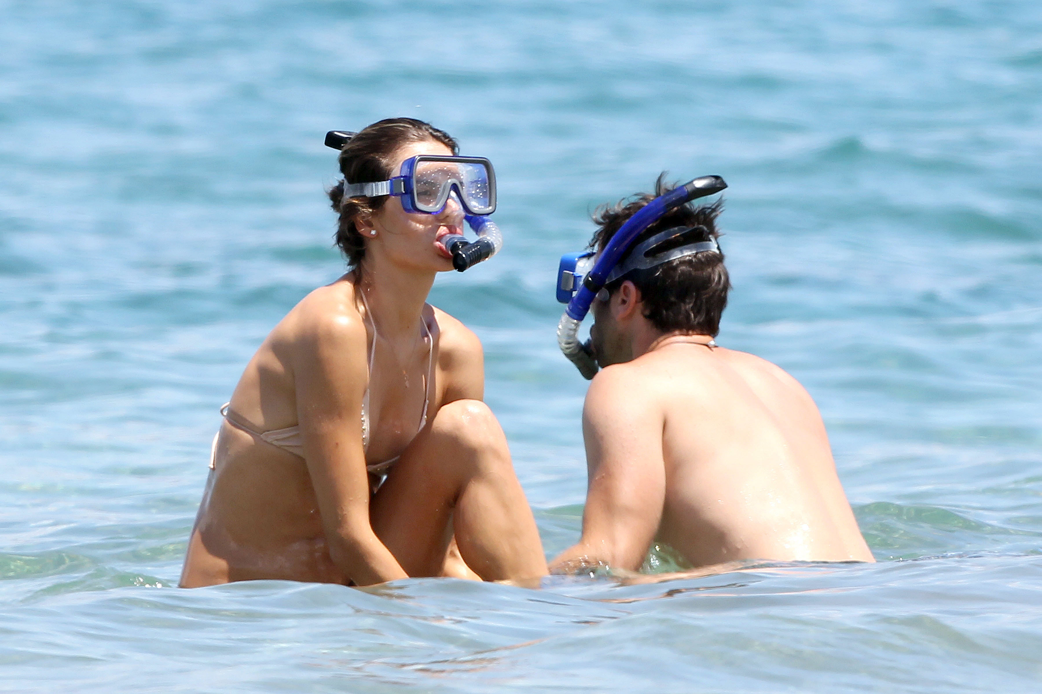 79647_Alessandra_Ambrosio_on_the_beach_in_Hawaii_2_122_18lo.jpg